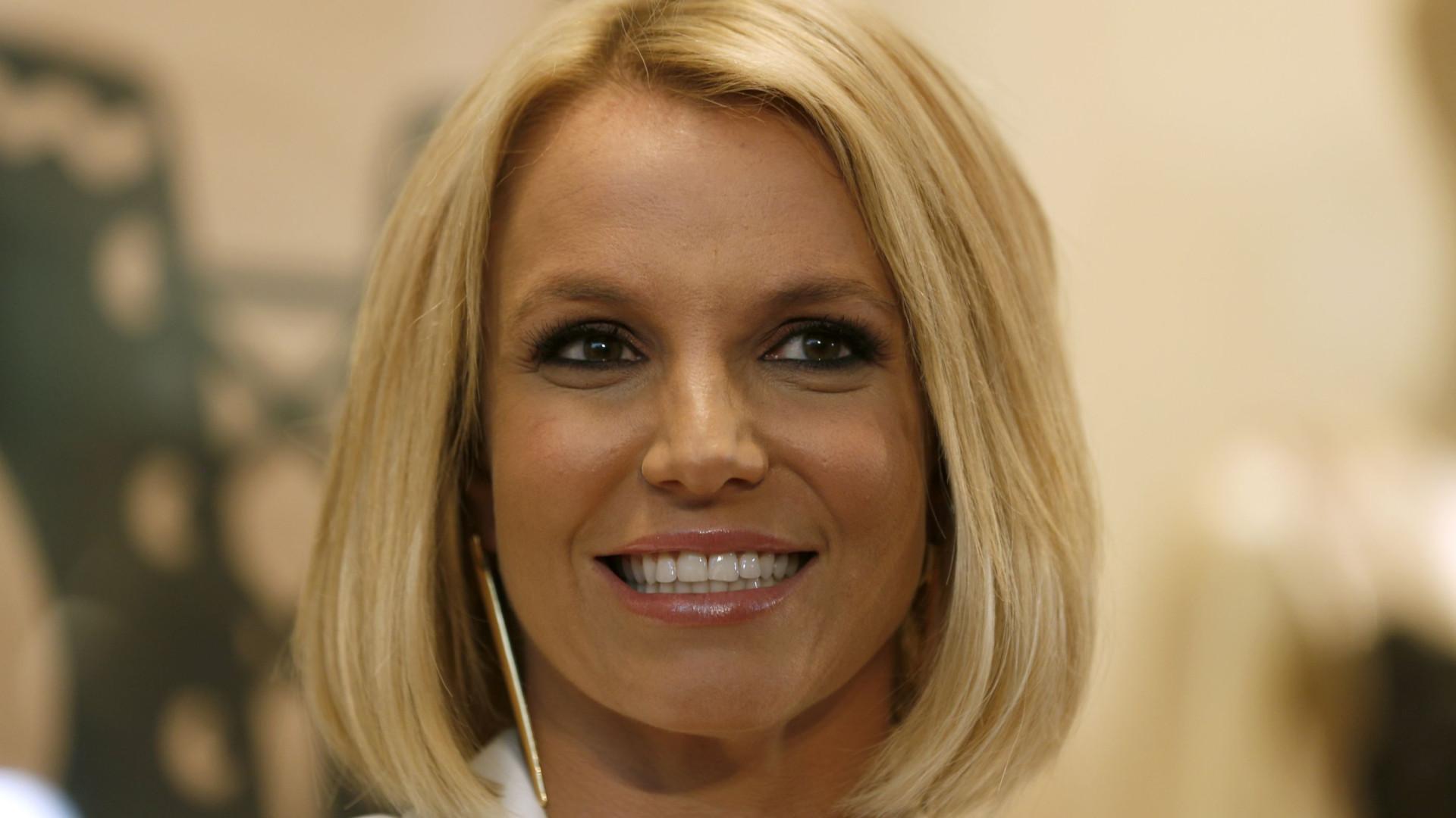 'Tomem cuidado', diz Britney Spears ao publicar foto afirmando ter virado cobra