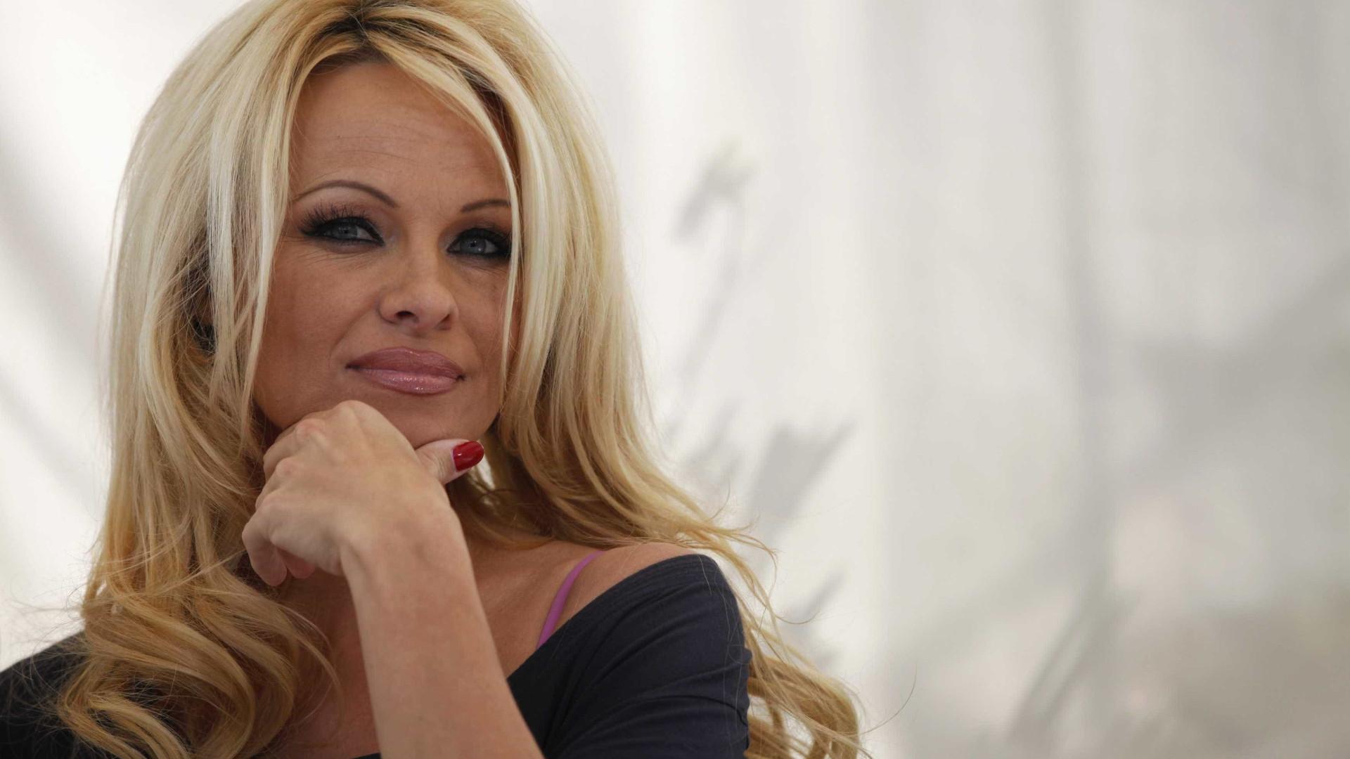 Pamela Anderson diz que 'ex' quebrou suas mãos por causa de ciúmes