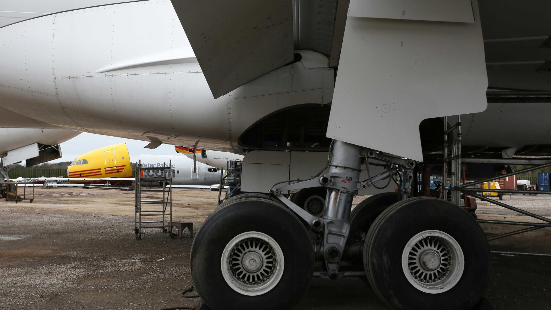 Mulher morre de Covid-19 em avião após não conseguir respirar