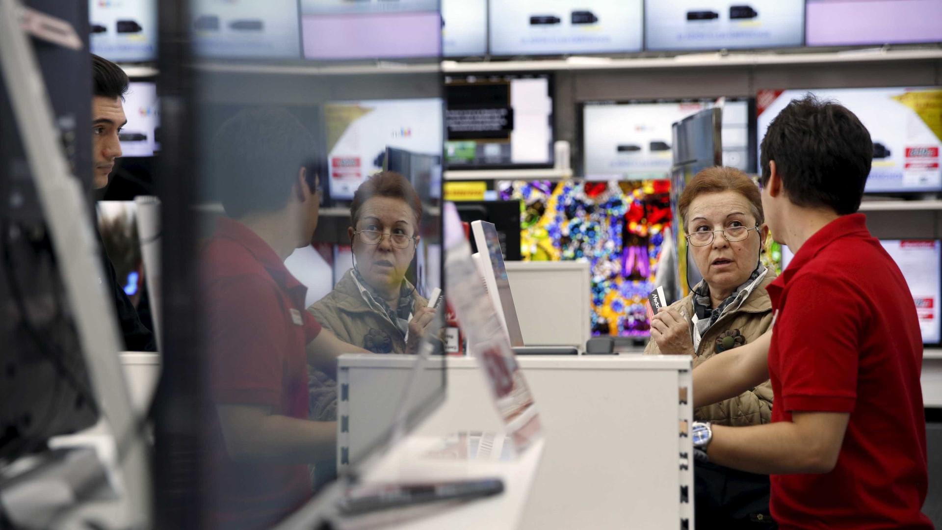 Otimismo após eleições acaba e confiança do consumidor recua