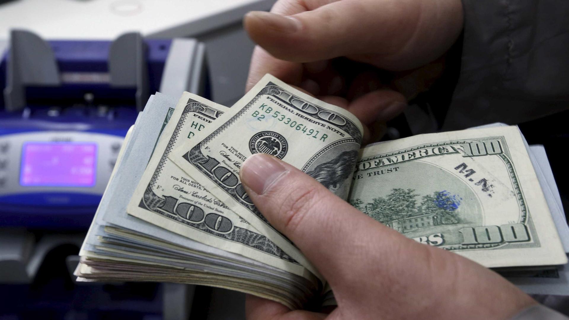 Um dia depois de disparada, dólar cai e volta a fechar abaixo de R$ 4