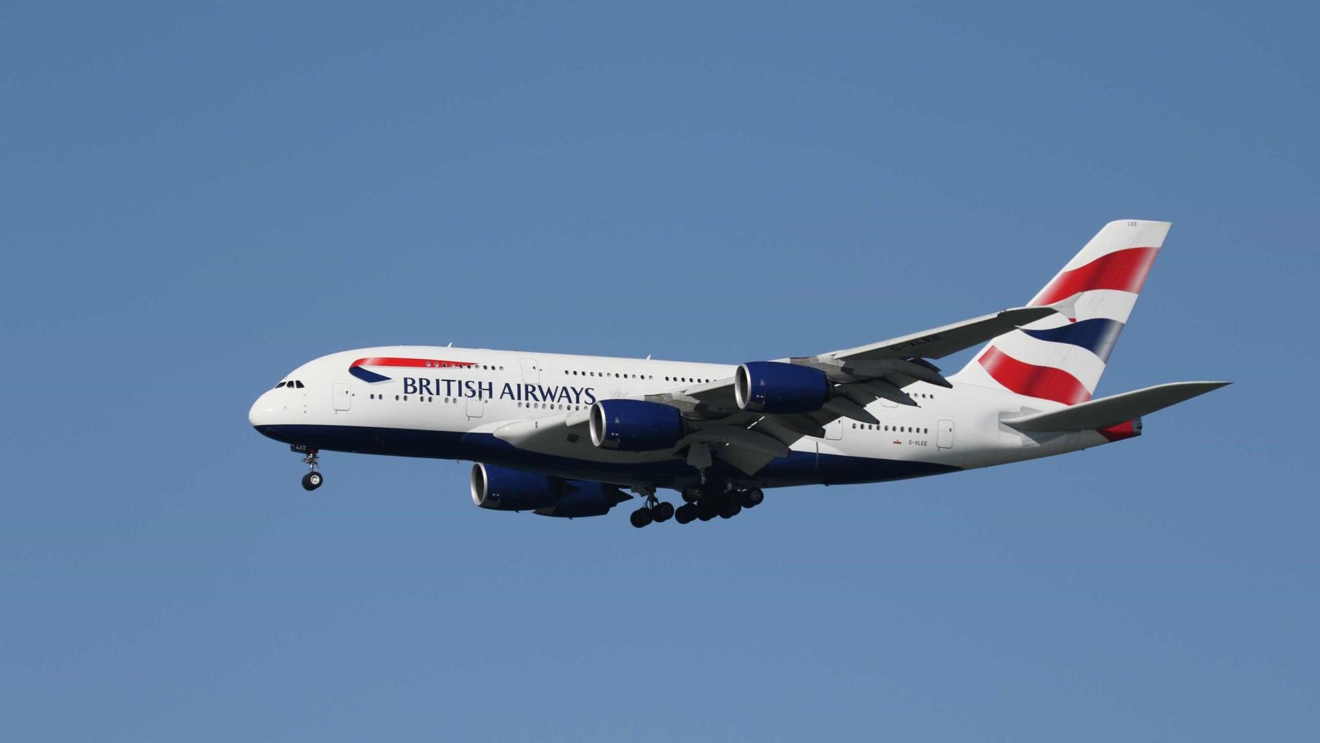 Homem sofre ataque de pânico e tenta abrir portas de avião em pleno voo