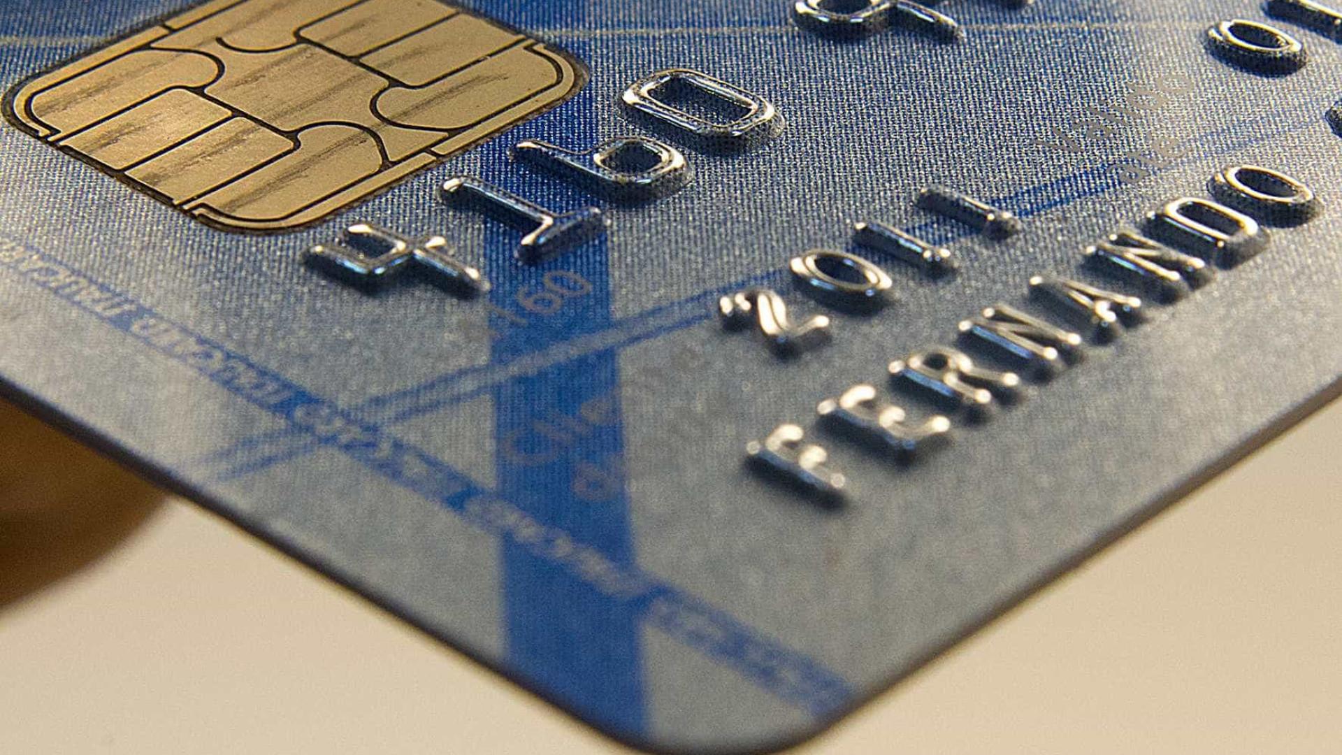Juros do rotativo do cartão de crédito subiram para 299,8% ao ano