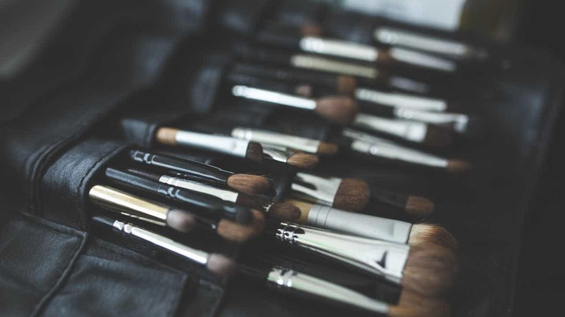 Saiba como limpar os pincéis de maquiagem (e com que frequência)