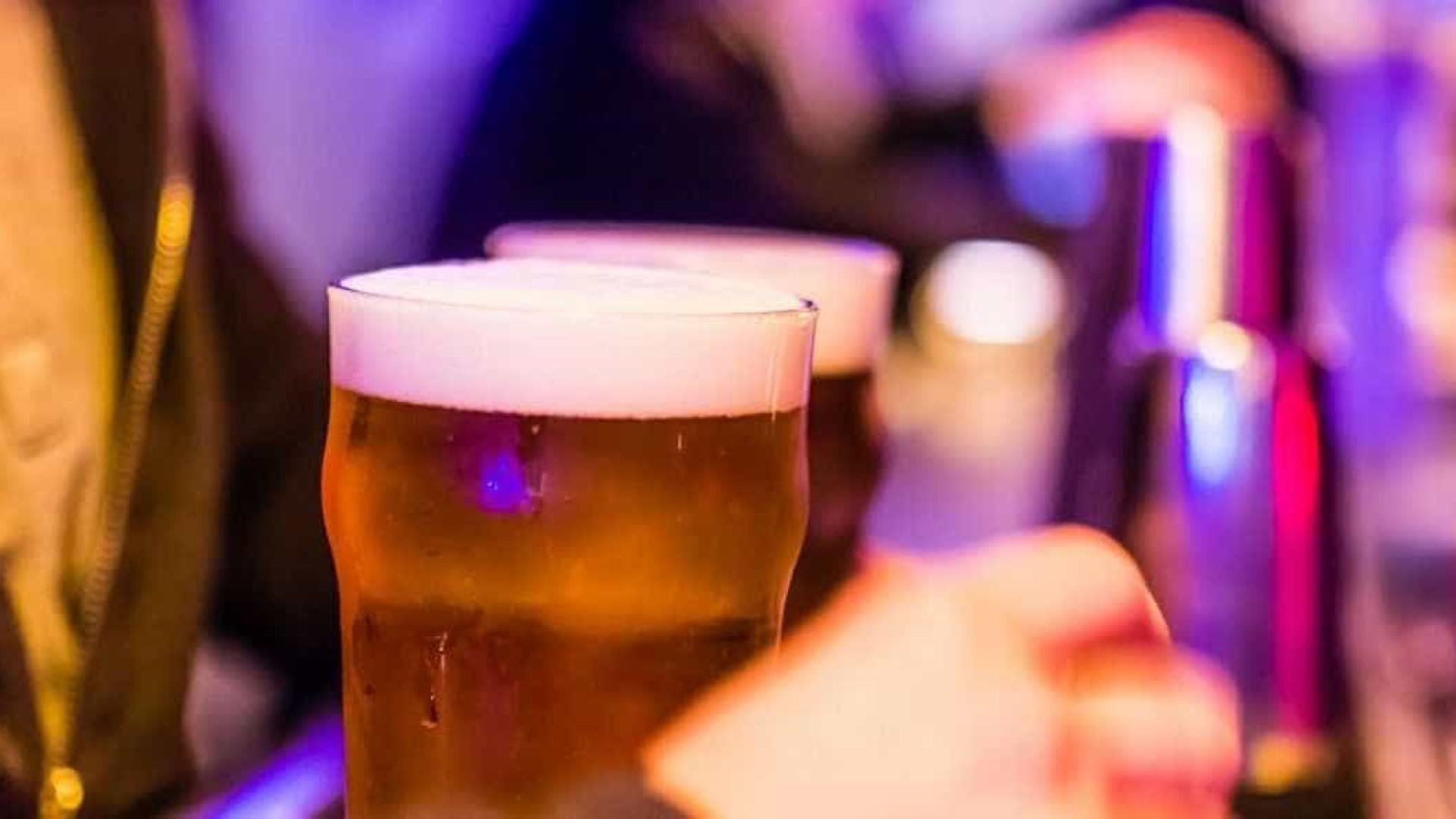 Homem é espancado em bar por dizer  que é o 'mais bonito' do bairro