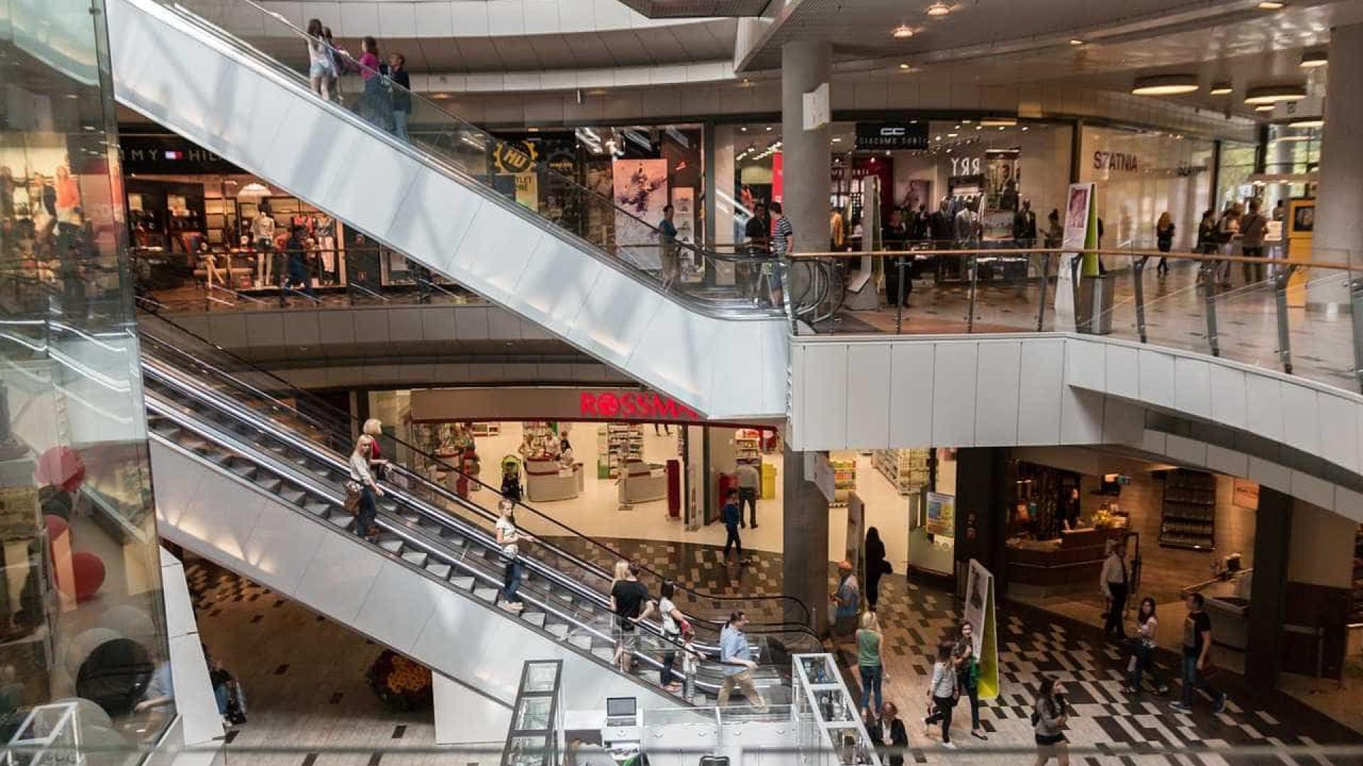 Fluxo em lojas físicas sobe 194% em junho; em shoppings, alta de 126%