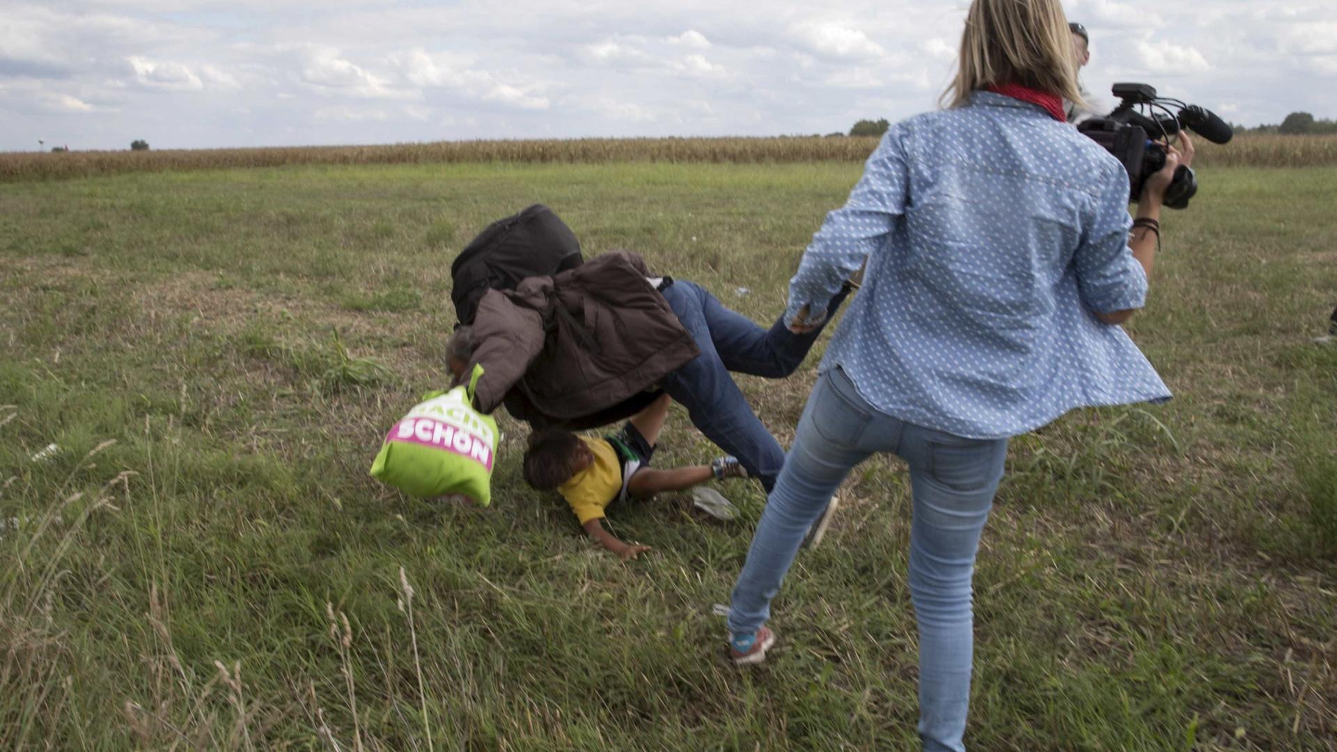 Jornalista que deu rasteira em imigrantes é absolvida na Hungria