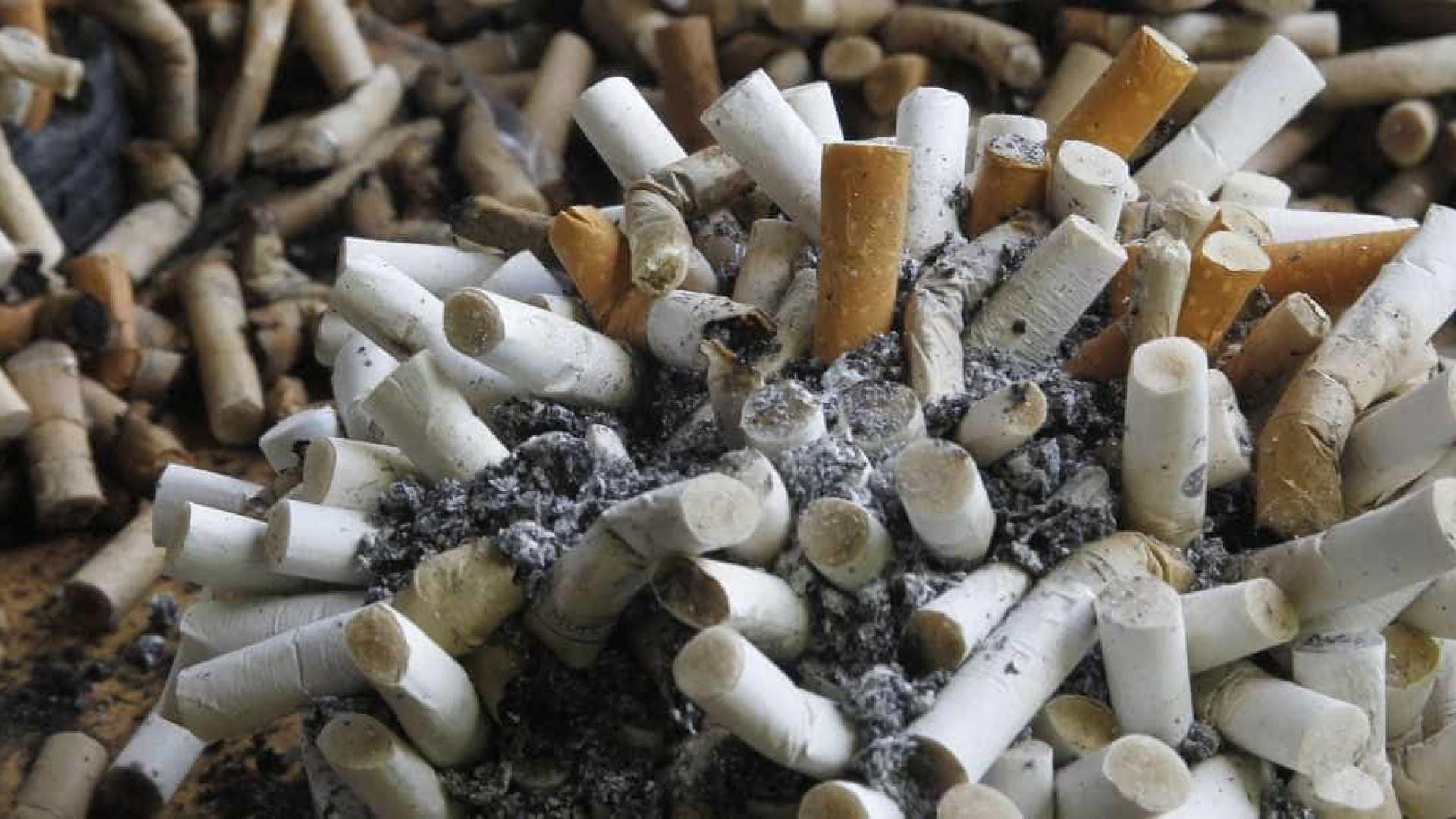 Bitucas de cigarro somam maior lixo de praias brasileiras, diz estudo