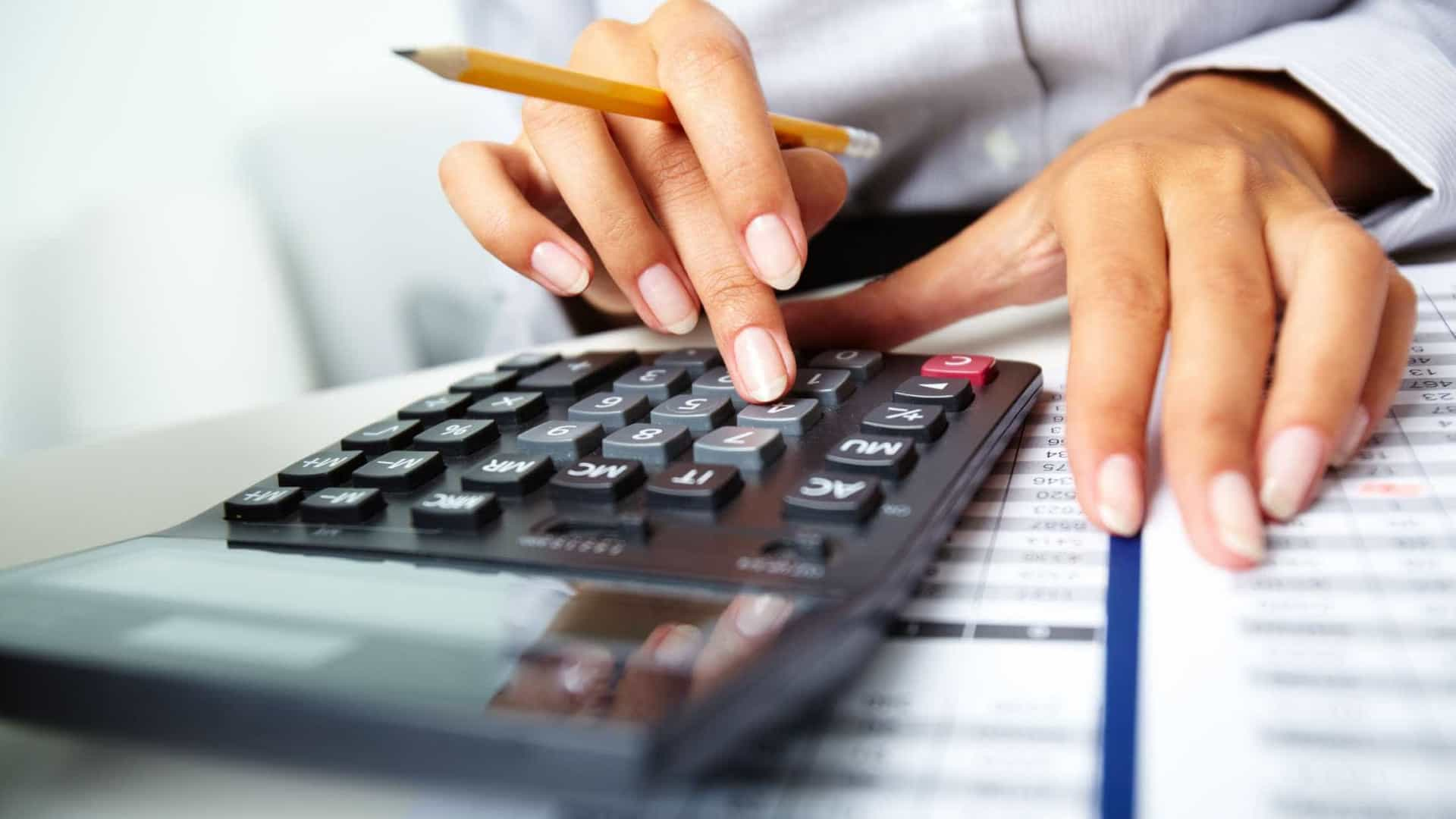 Taxa de endividados e inadimplentes cai de 62,2% para 59,8%