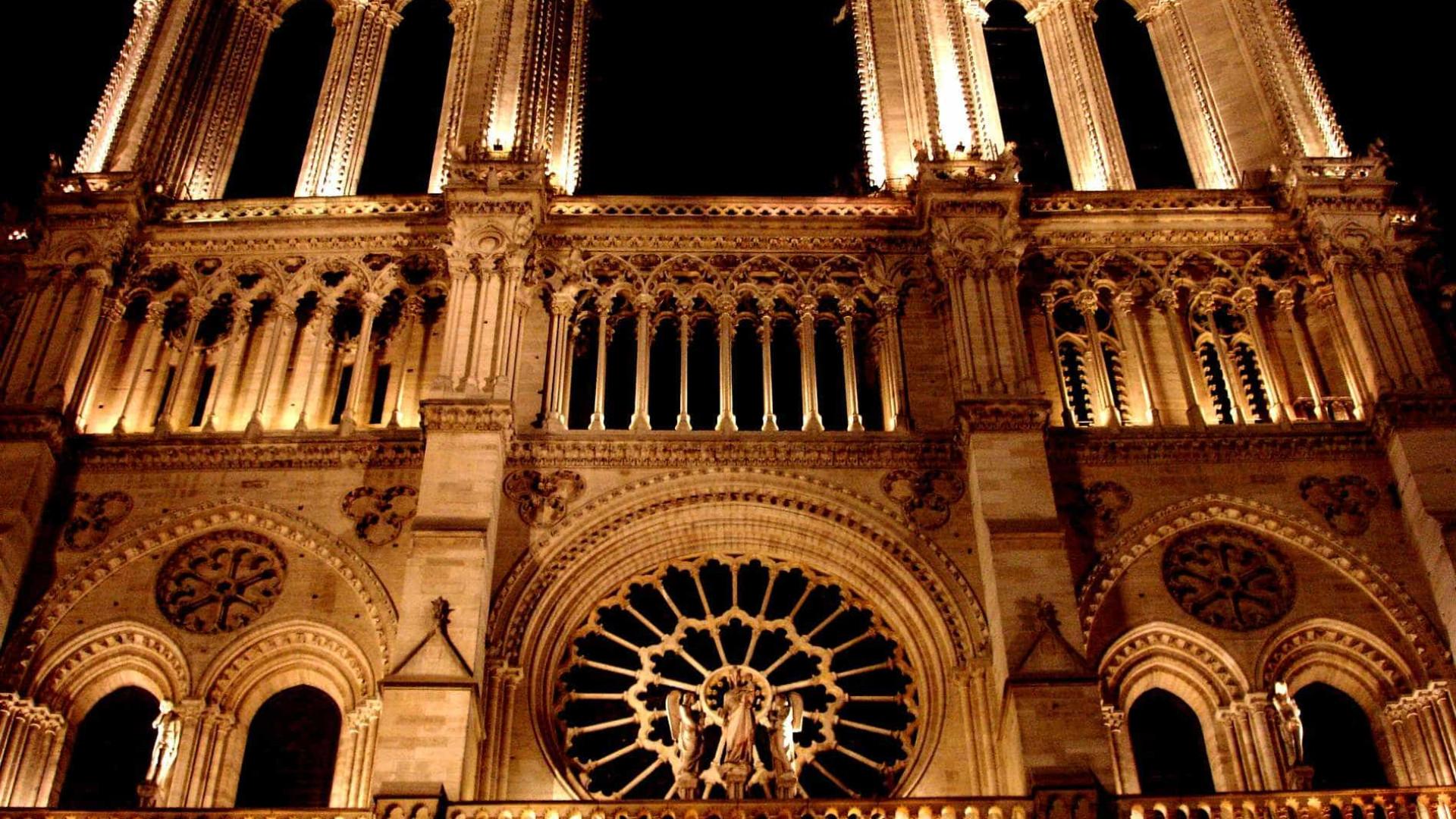 Milhares de pessoas se reúnem na Notre Dame para homenagear vítimas