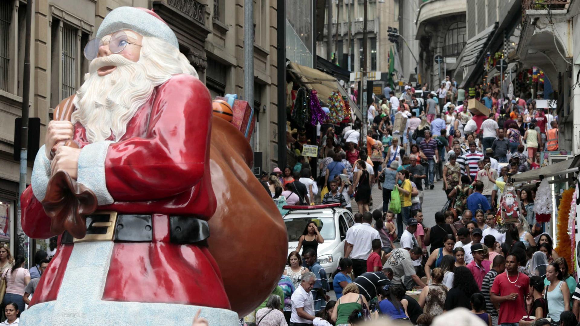 Consumidor leva mais presentes neste Natal, mas se queixa de crise