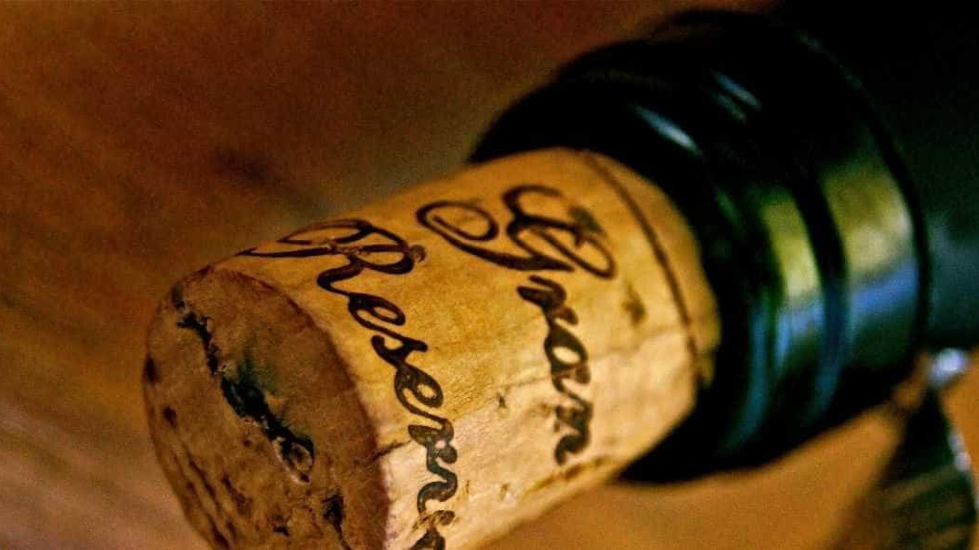 Aprenda um jeito fácil de colocar a rolha novamente na garrafa de vinho