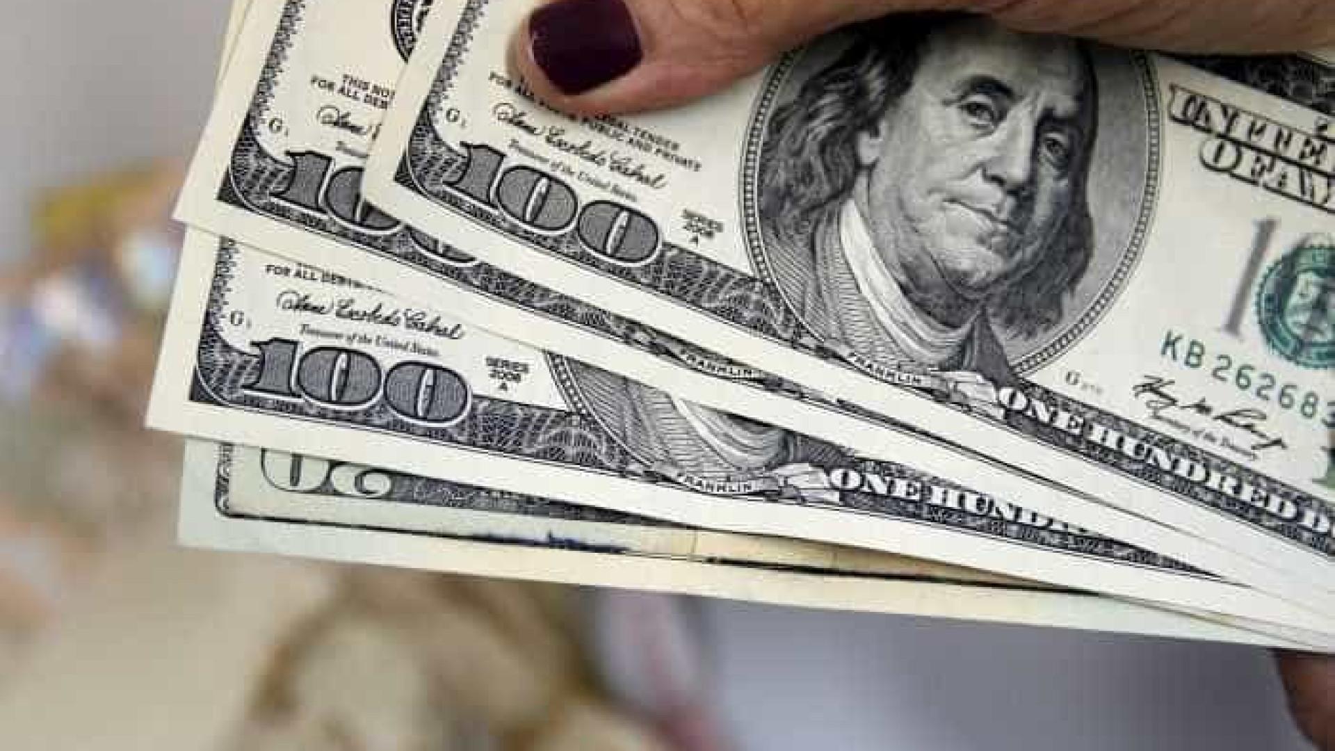 Dólar supera R$ 4,390 com exterior e mercado forçando leilão do BC
