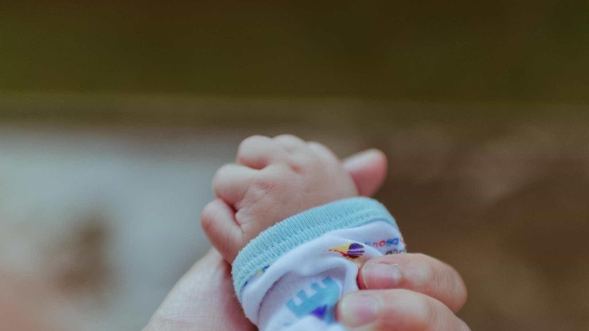 Bebê nasce após mãe ser arremessada de caminhão e morrer em acidente