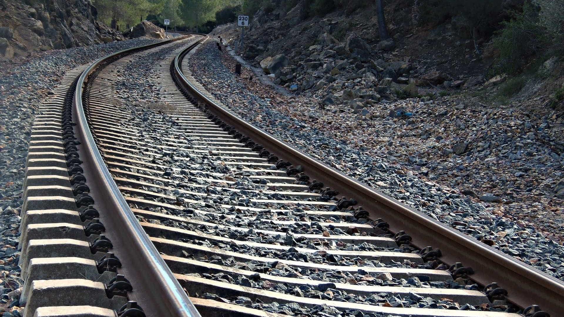 Avô e neto morrem após carro ser atingido por trem no Reino Unido