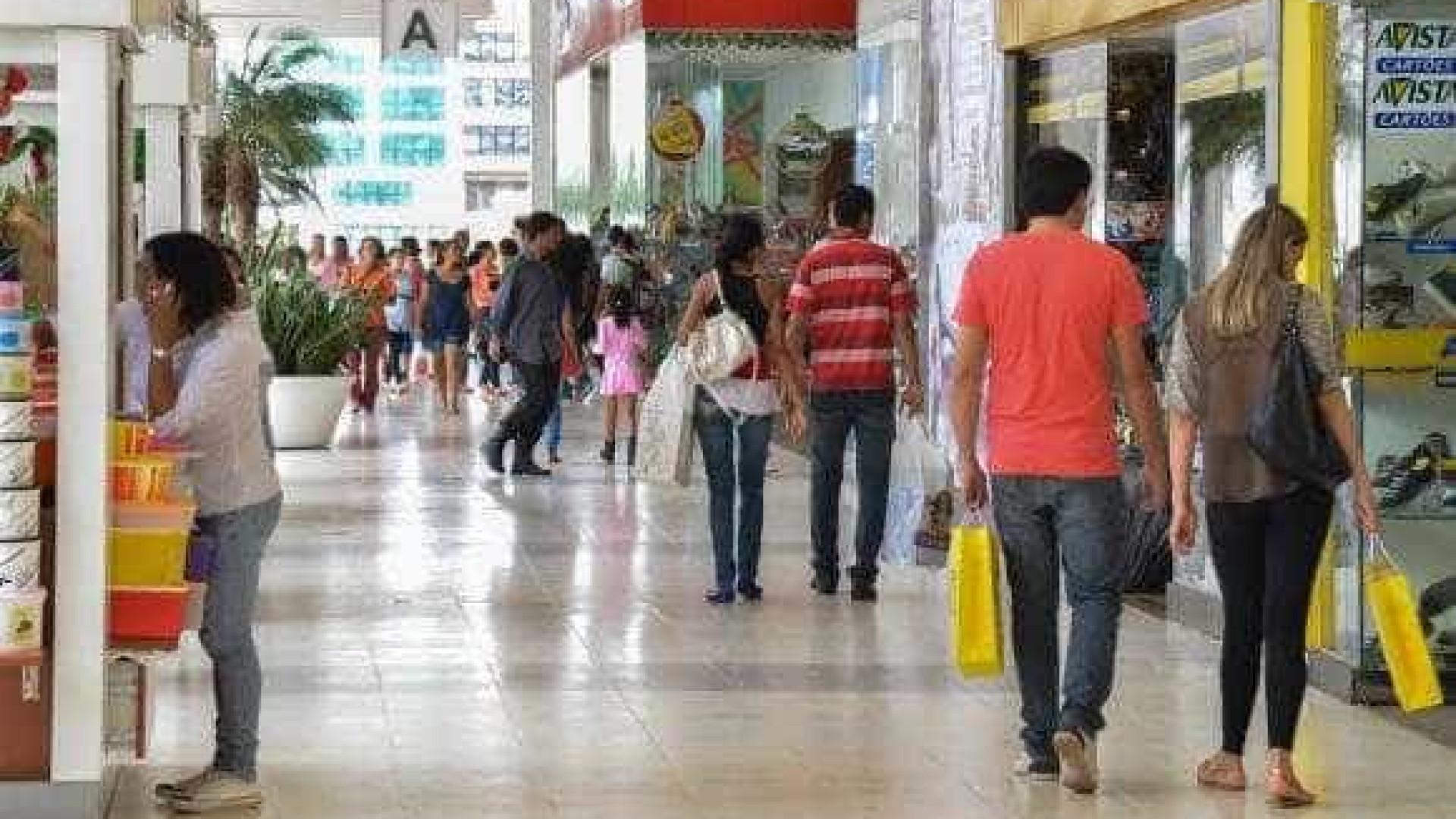 Confiança do consumidor cai 1,5 ponto em abril ante março, revela FGV