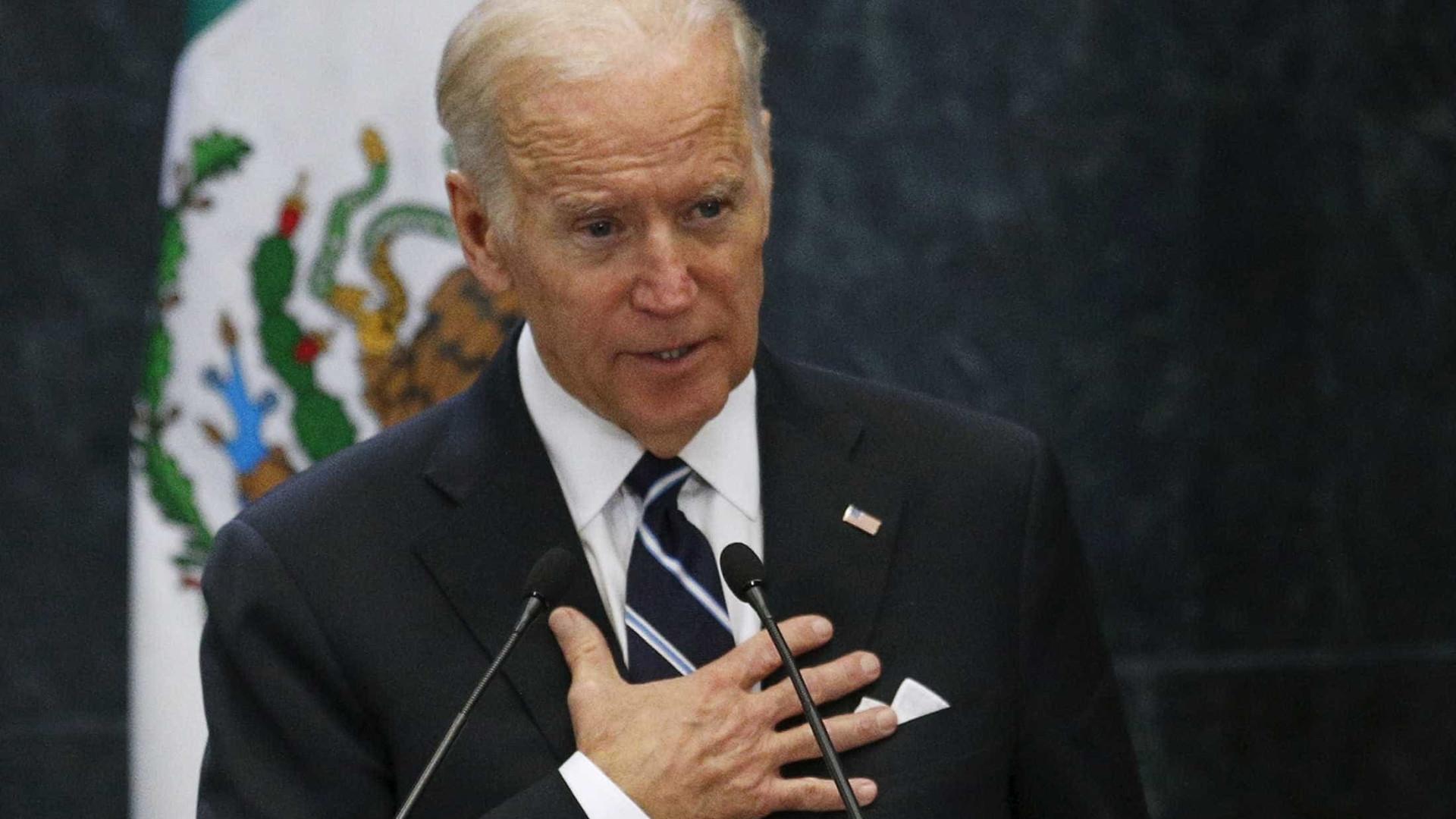 Biden segue narrativa diferente de Trump e visita família de vítima