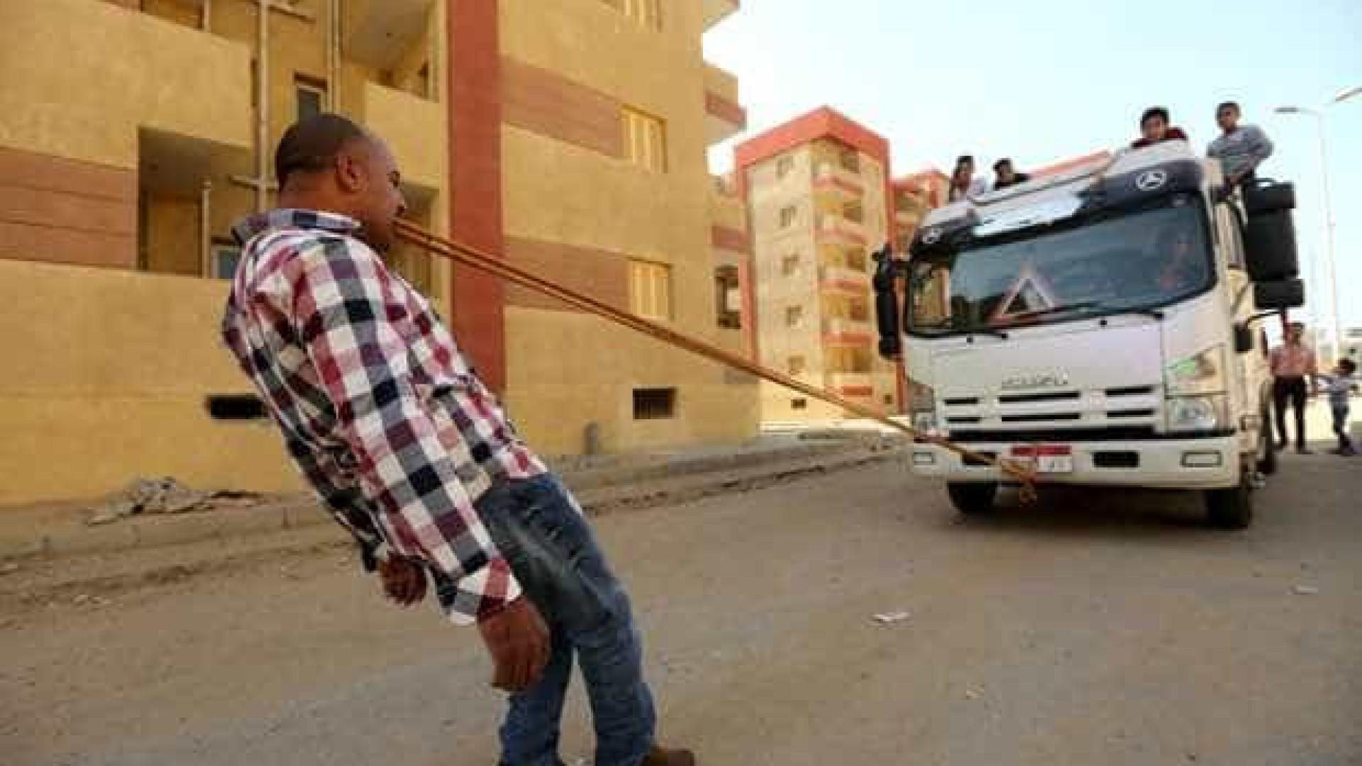Homem come prego, puxa caminhão com dentes e não sente dor