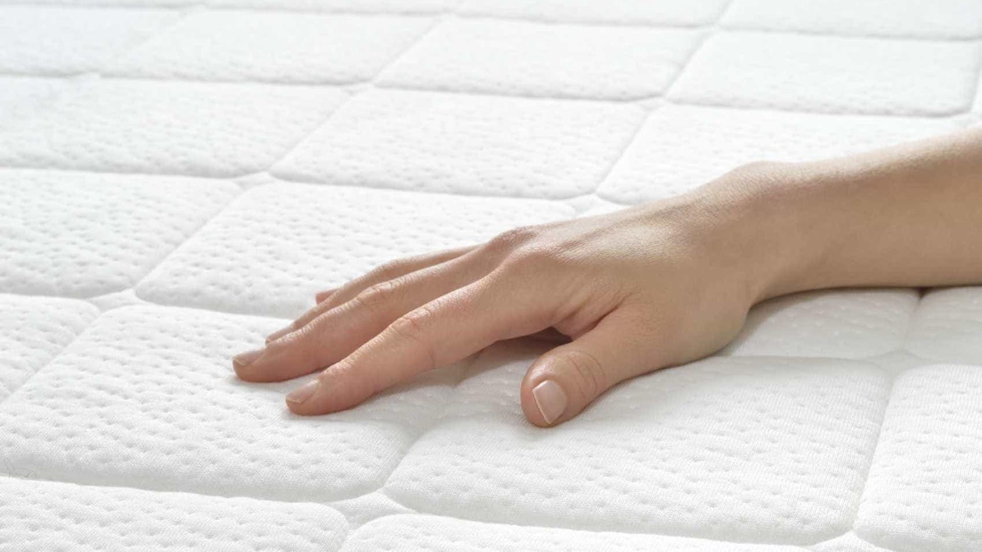 10 dicas caseiras para tirar manchas e cheiros do colchão