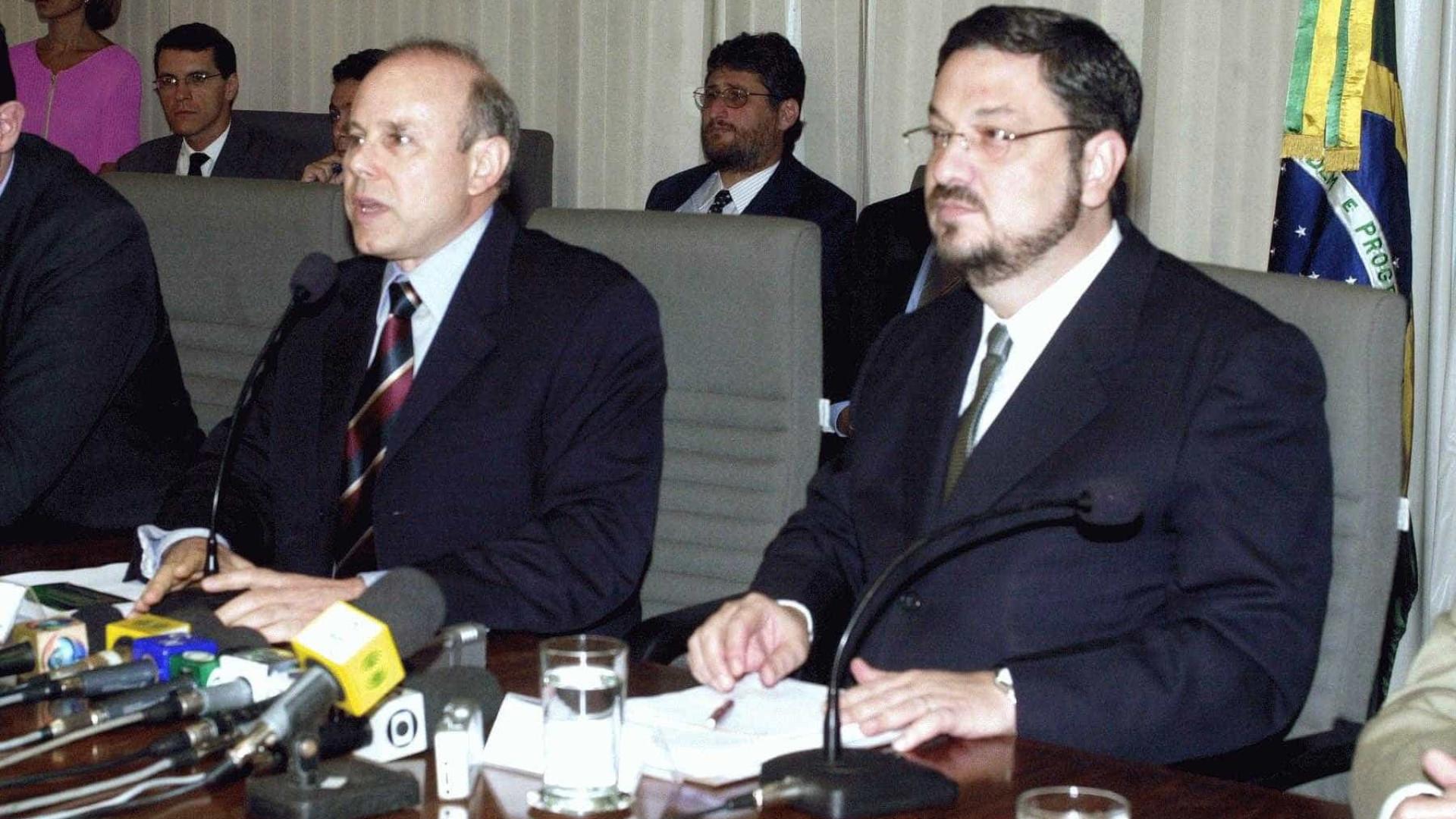 Aras recebe relatório de CPI que pede indiciamento de Mantega e Palocci
