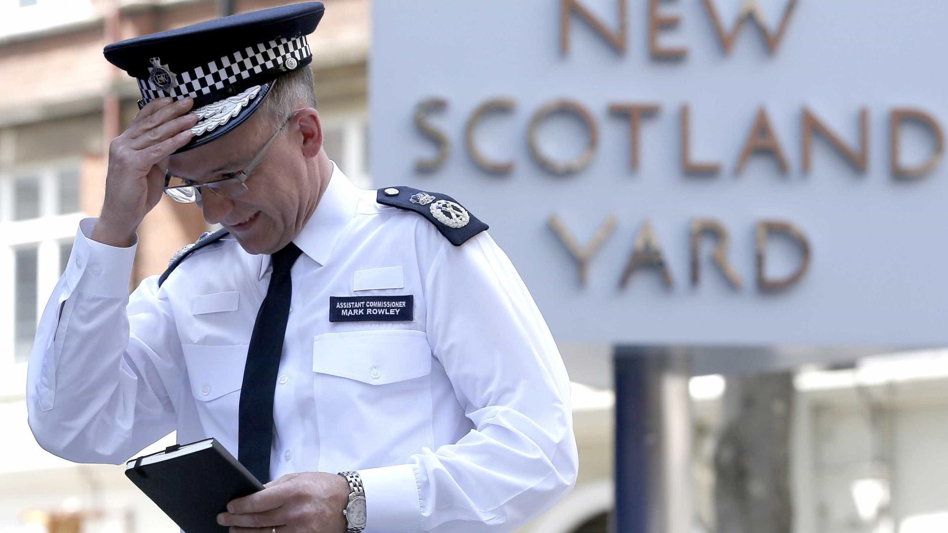 Jovem esfaqueado morre em Londres após colidir contra outro carro