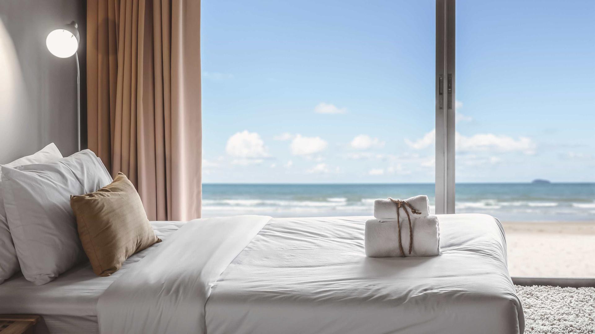 Os lençóis dos hotéis são quase sempre brancos. Descubra porquê