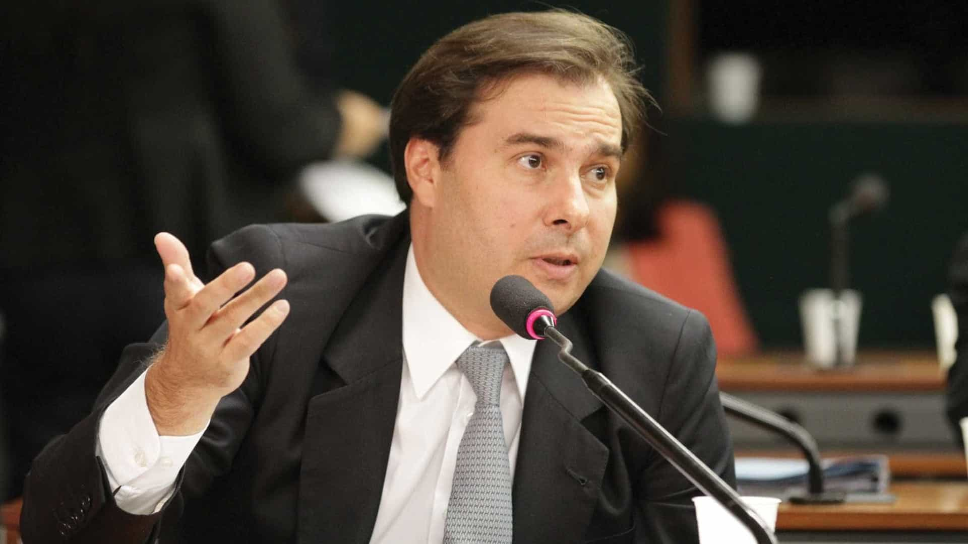 Maia cobra que governo envie reformas tributária e administrativa
