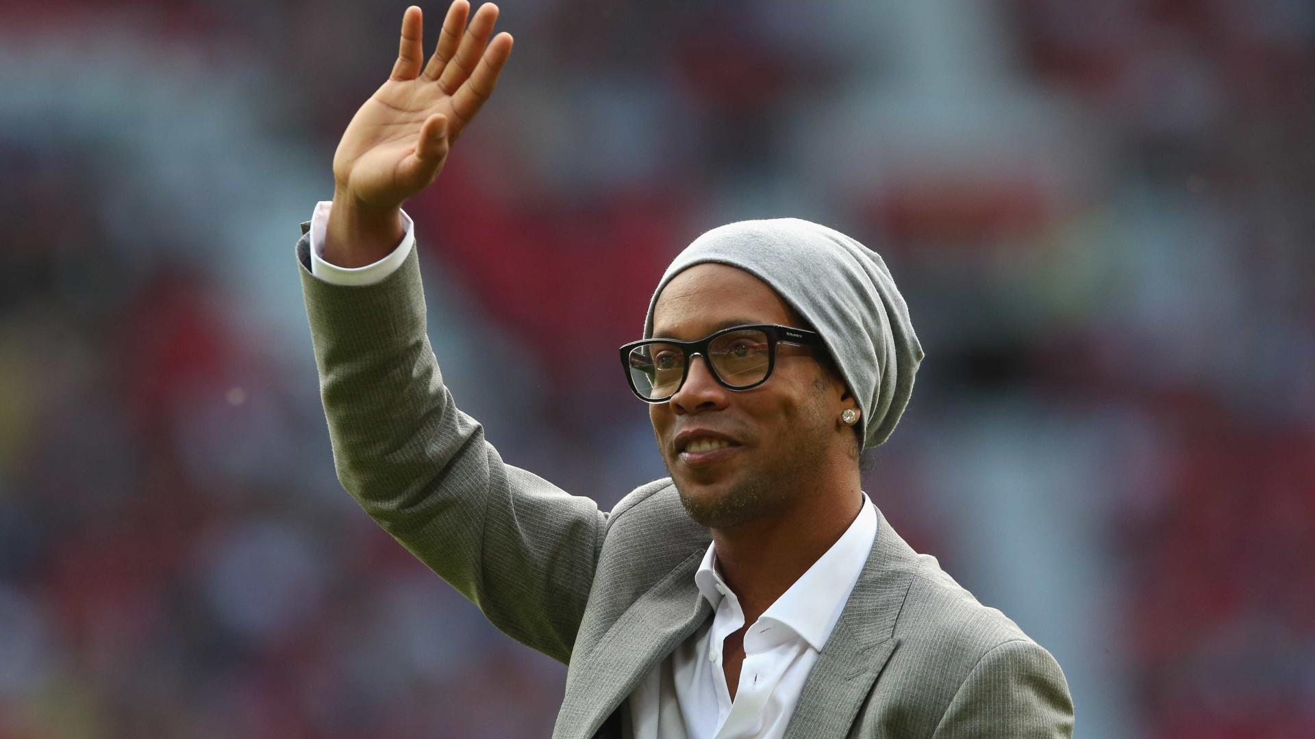Com festa e samba, Ronaldinho põe pés na calçada da fama do Maracanã