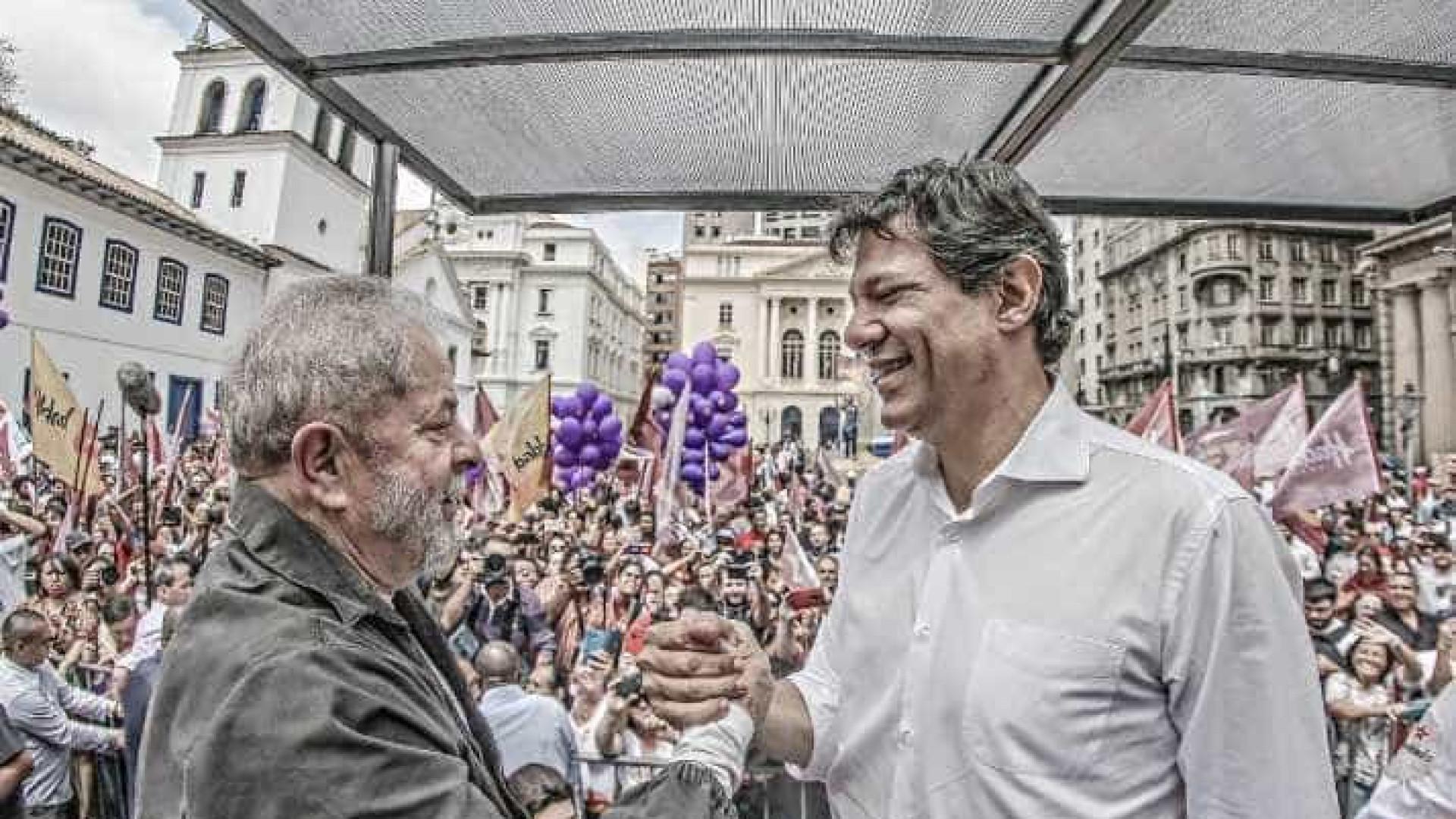 Em carro de som, Lula faz campanha ao lado de Haddad no centro
