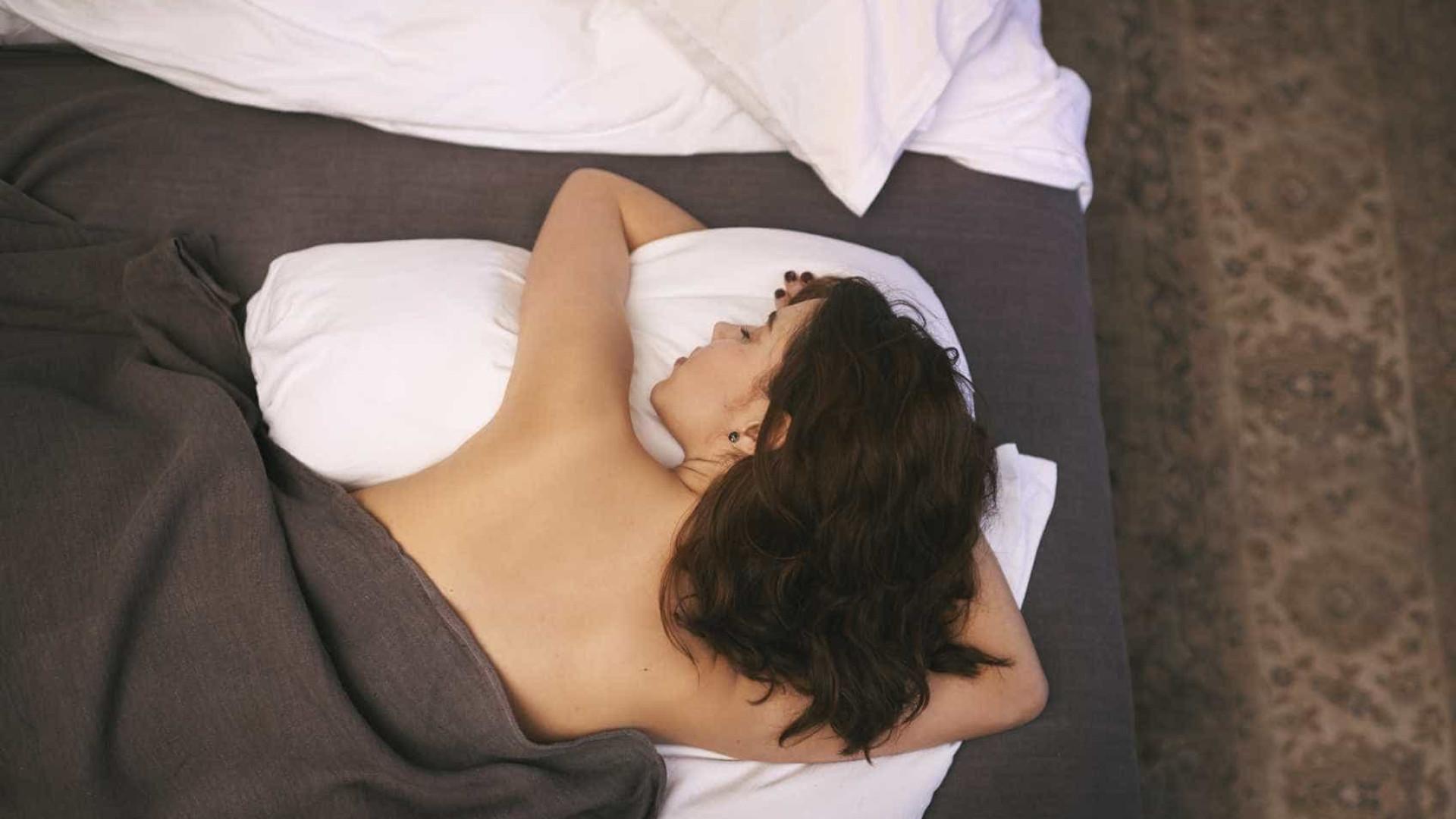 Dormir de barriga para baixo faz mal à saúde?