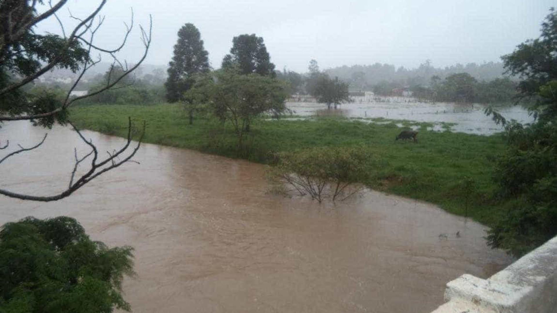 Carro cai em enchente e três morrem afogados no interior de SP