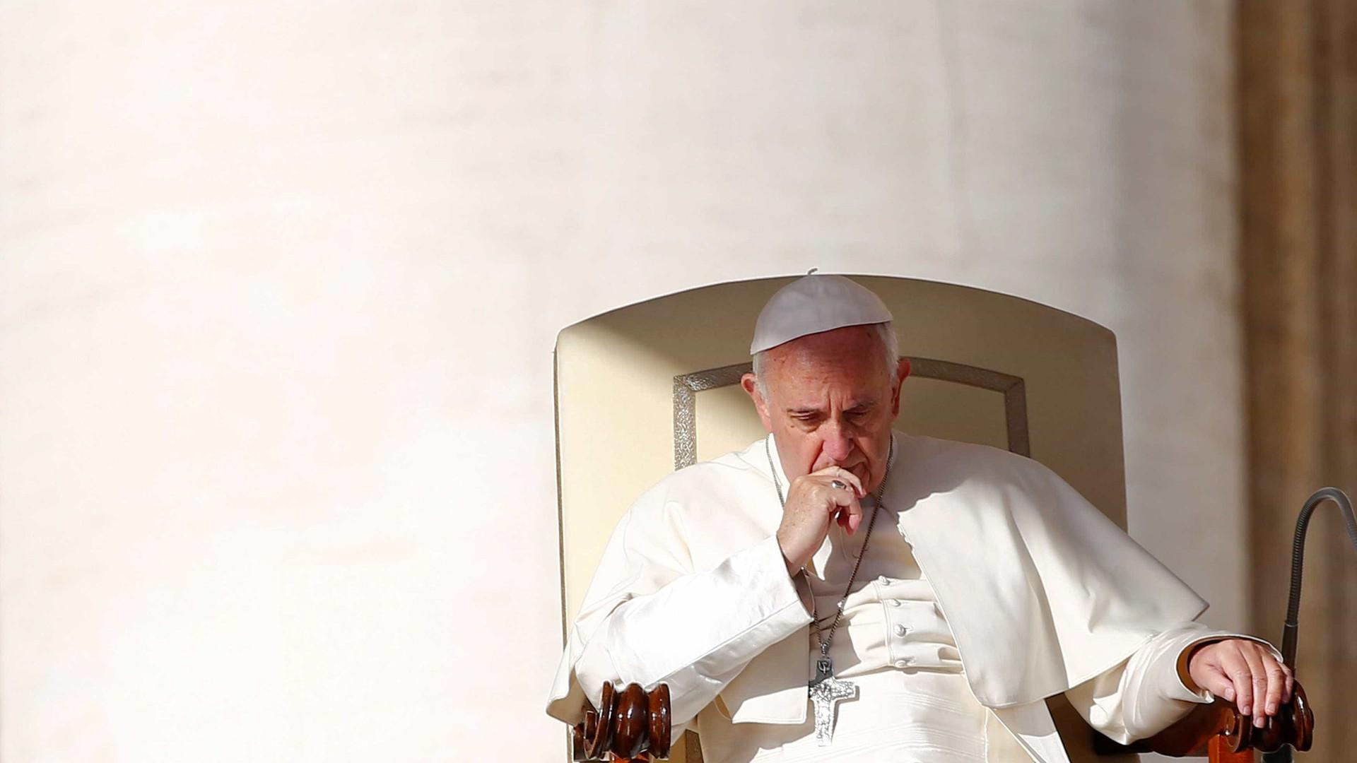 Papa diz estar aberto a permitir que homens casados virem padres