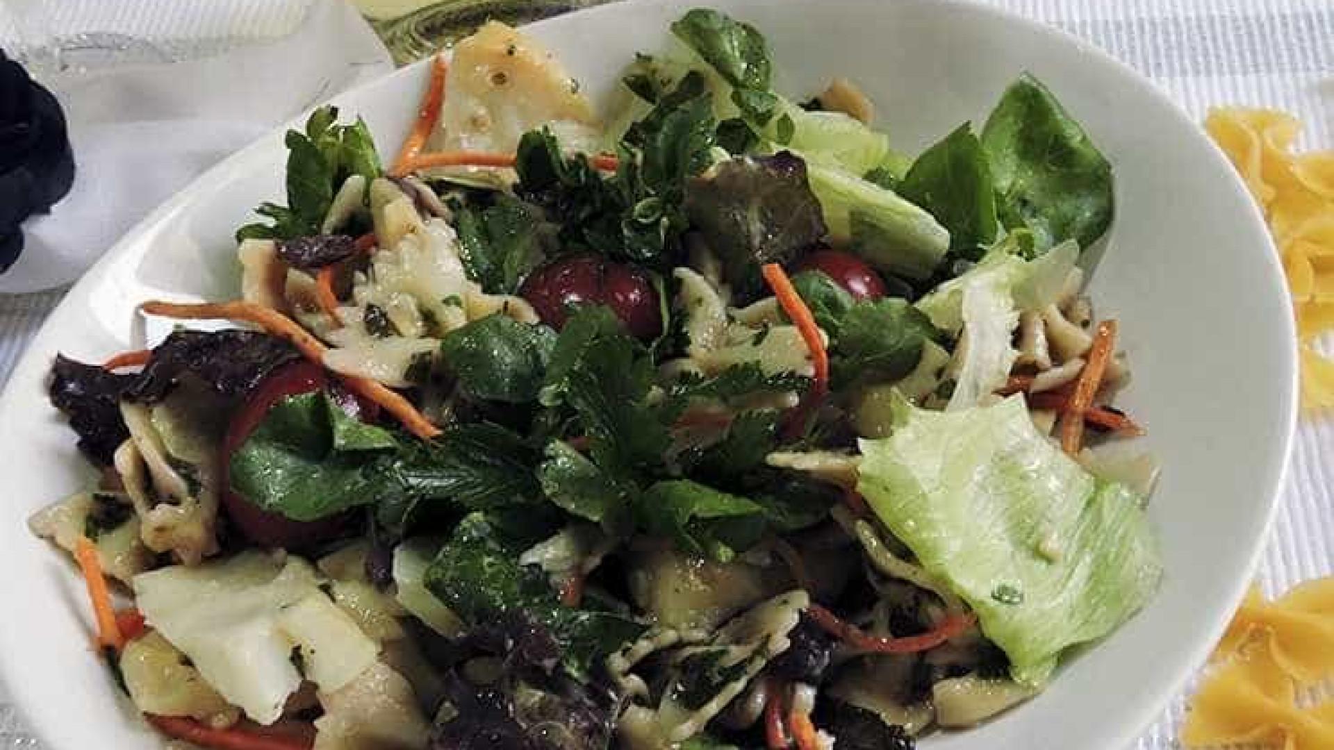 Aprenda a preparar salada de macarrão  com molho picante