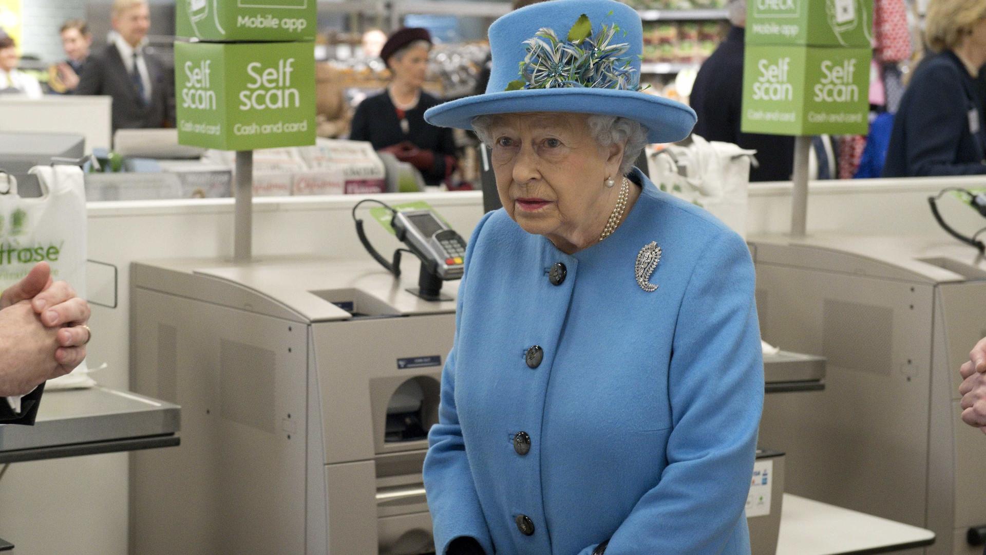 Rainha Elizabeth II visita supermercado na Inglaterra