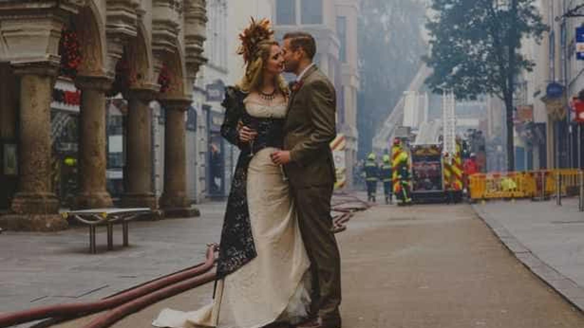 Entre chamas e fumaça, noiva foi  escoltada até ao altar