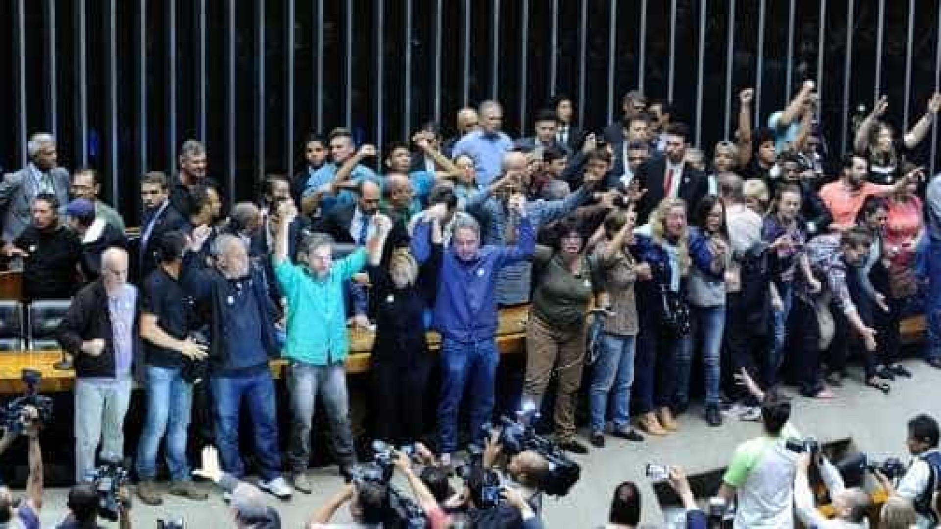 Plenário da Câmara é invadido por manifestantes; assista