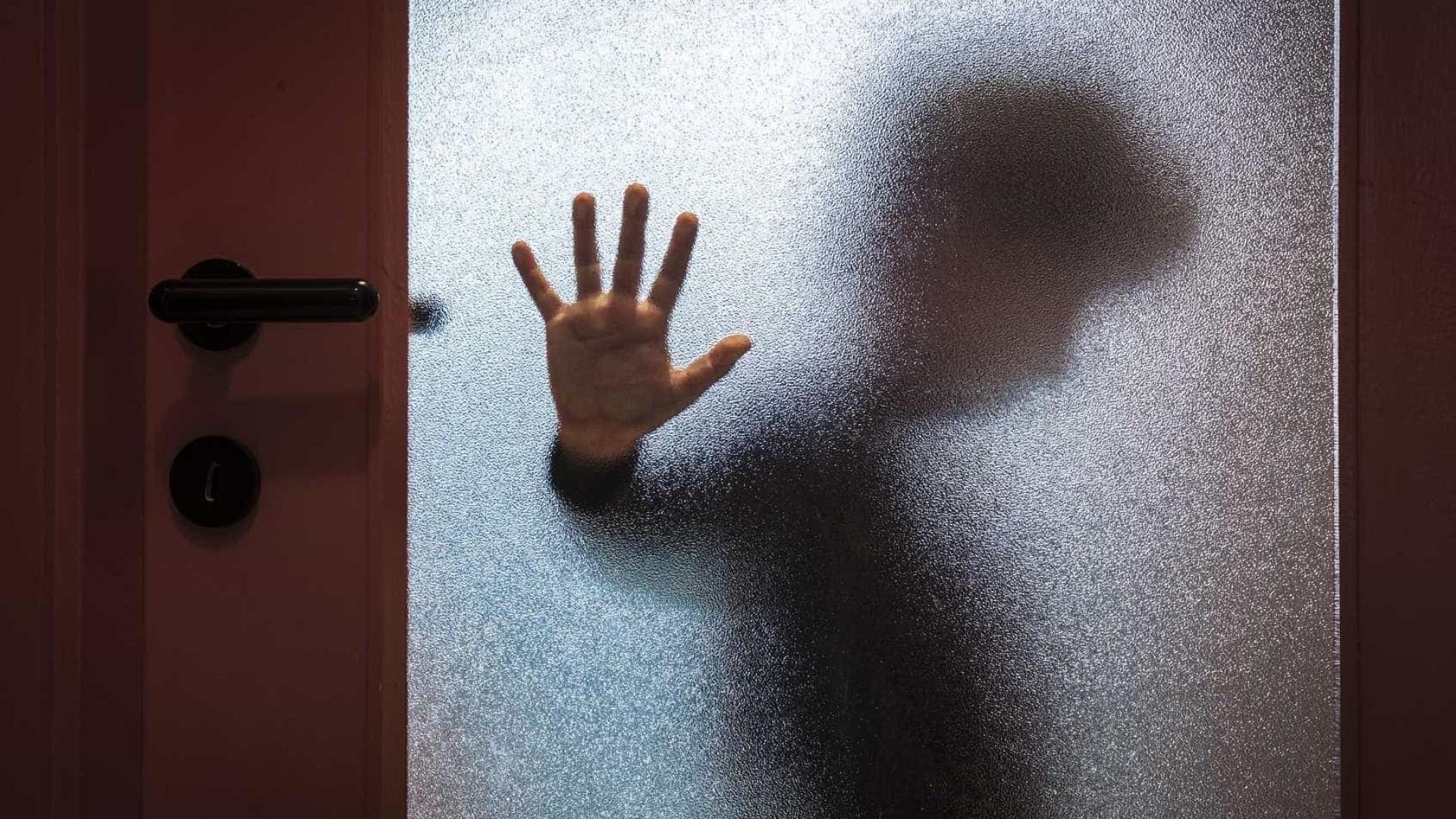 """""""Não me arrependo"""". Mãe confessa que matou vizinho que abusou do filho"""