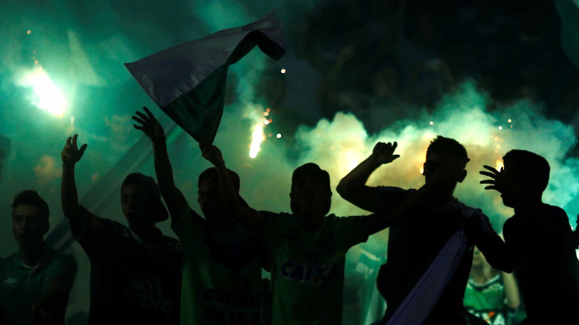 Vídeo: Torcida do Atlético Nacional canta em homenagem à Chape