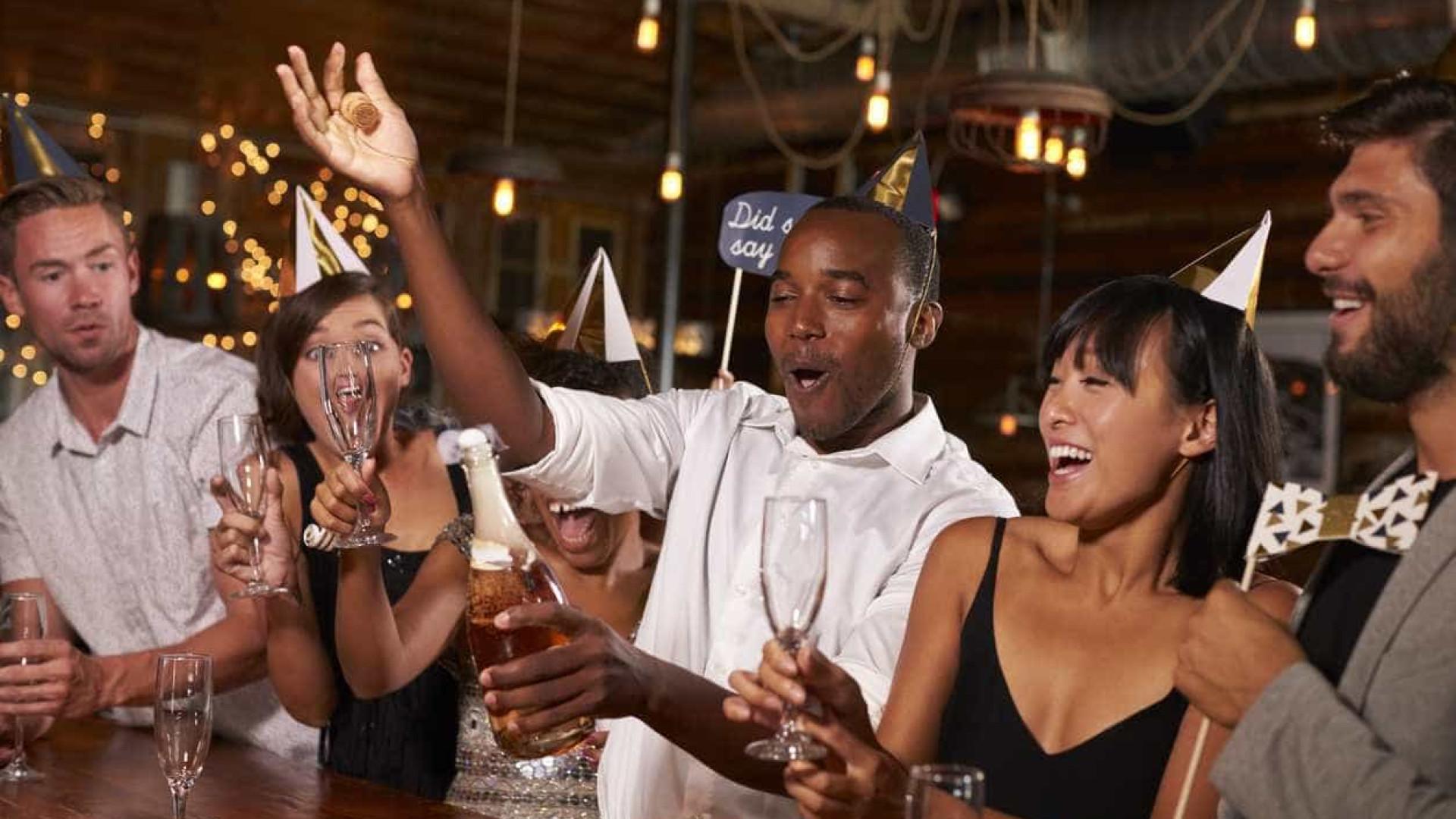 Aprenda a abrir a garrafa de champanhe como um profissional