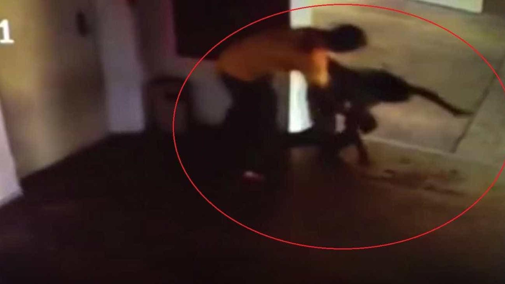 Morador agride violentamente faxineira dentro de prédio; vídeo