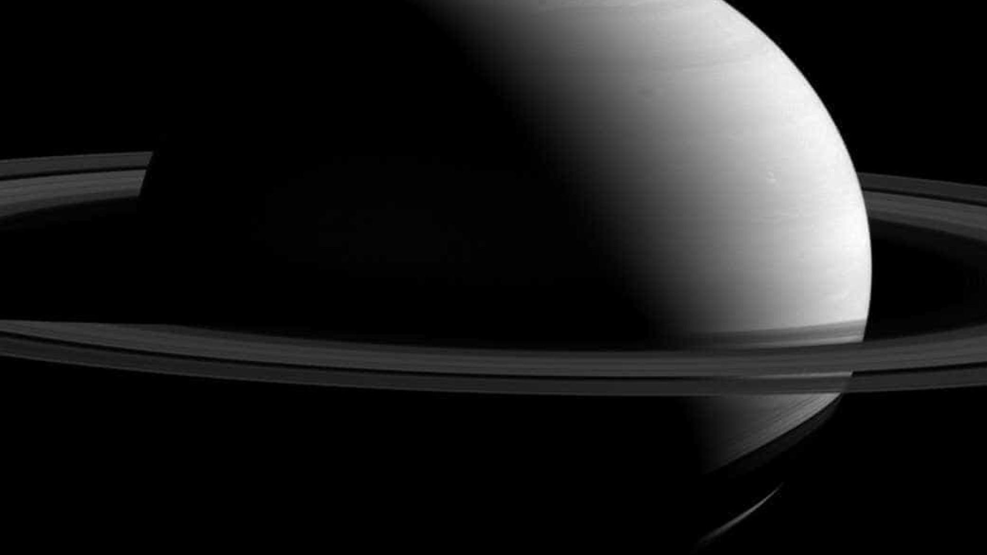 Sonda Cassini capta super close  dos anéis de Saturno; veja