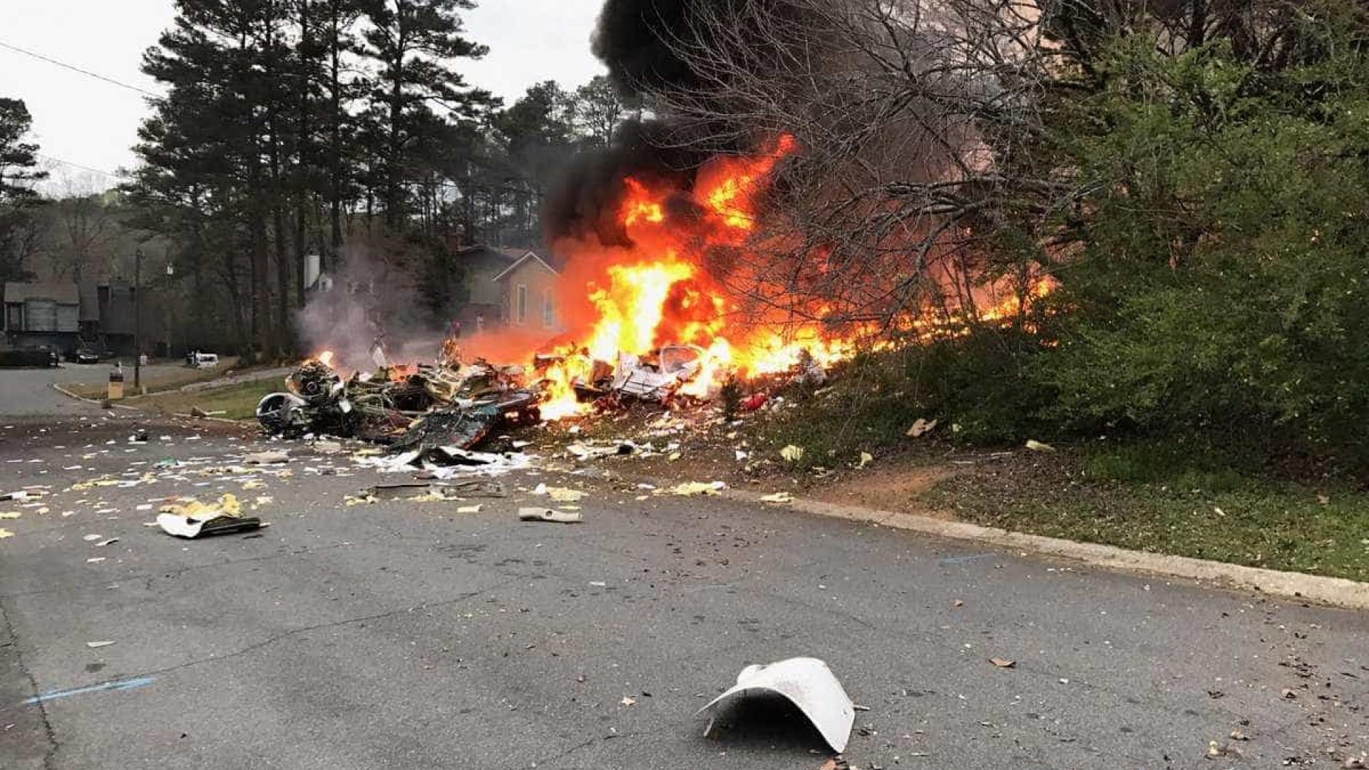 Avião cai sobre casa nos EUA; imóvel explodiu com o impacto