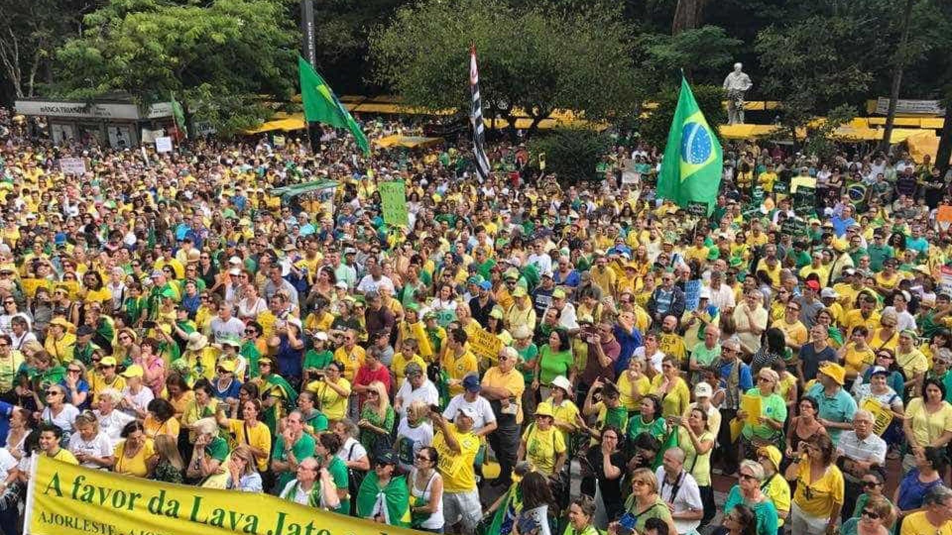 Atos na avenida Paulista começam com discurso e hino nacional