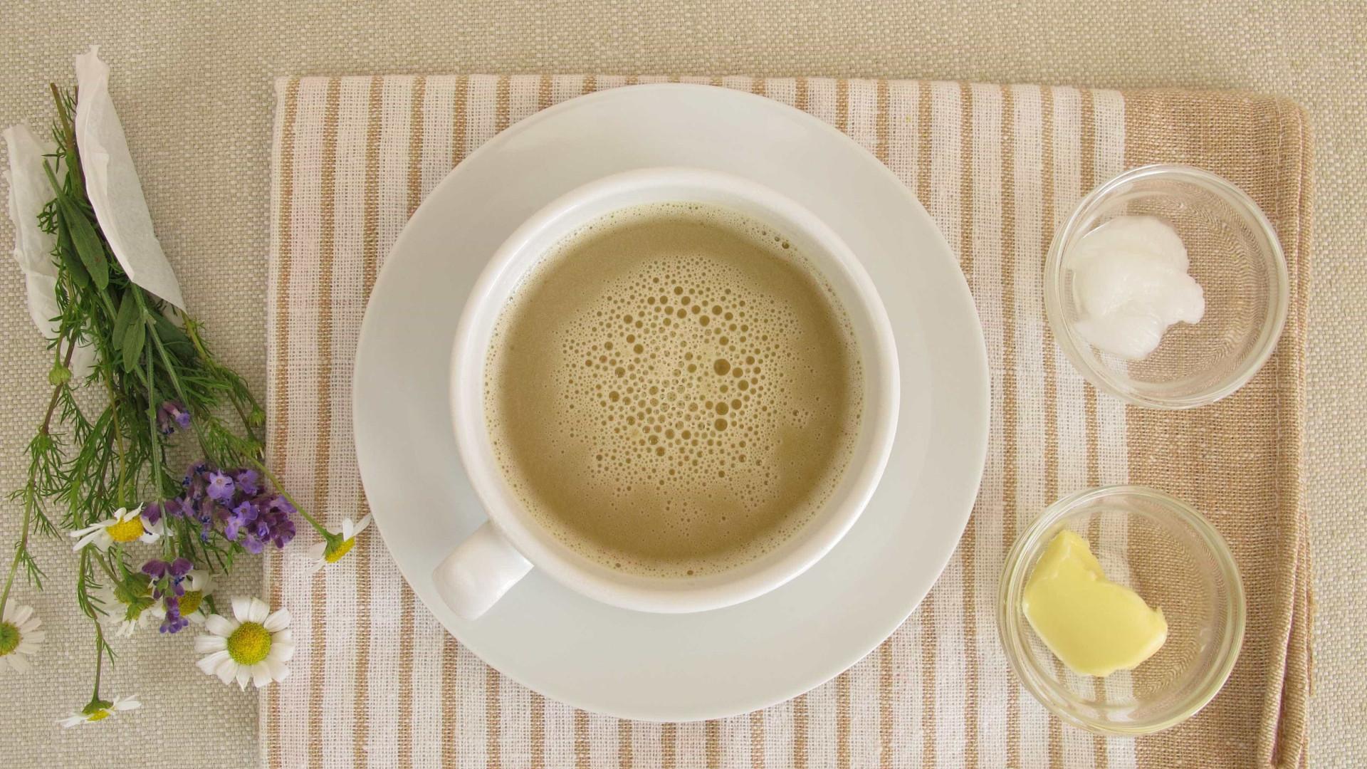 Café com óleo de coco não queima gordura, diz especialista