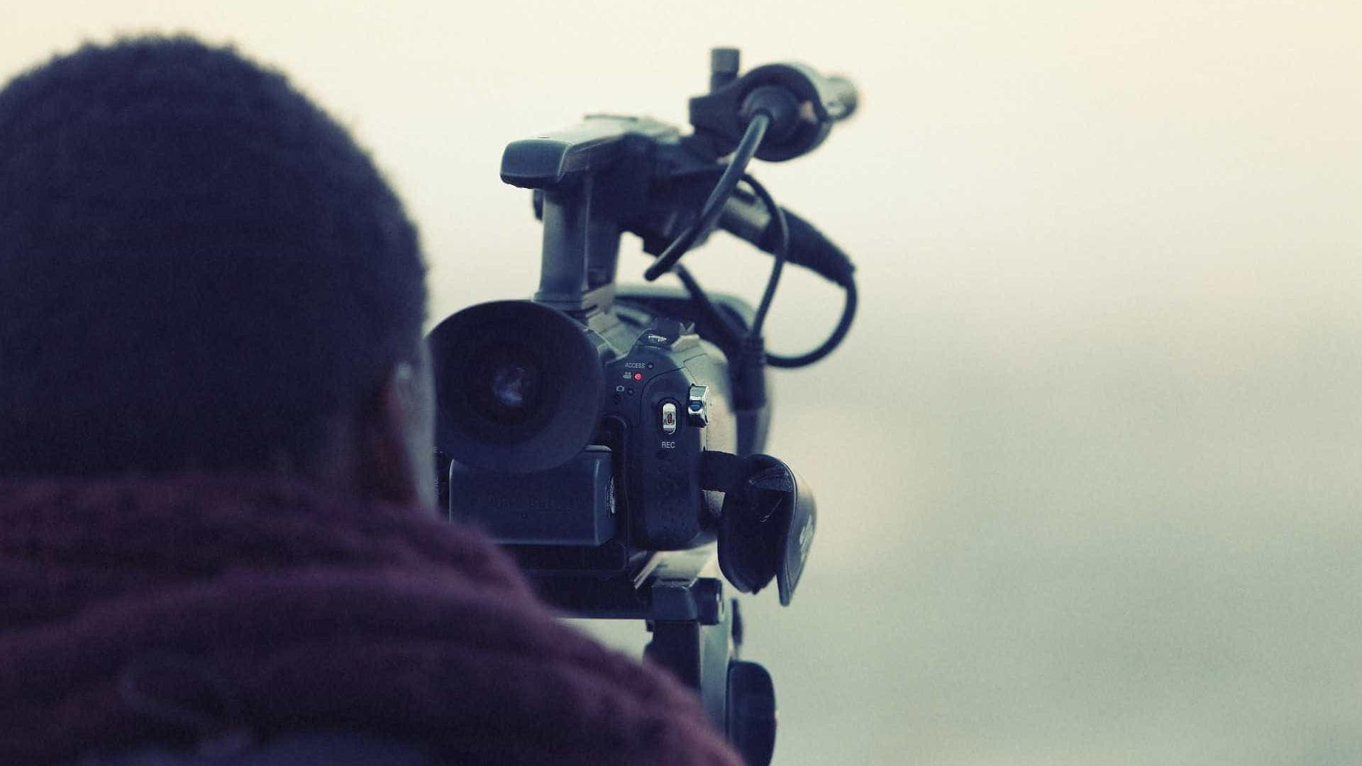 Jornalista de TV é agredido e furtado em apuração em escola