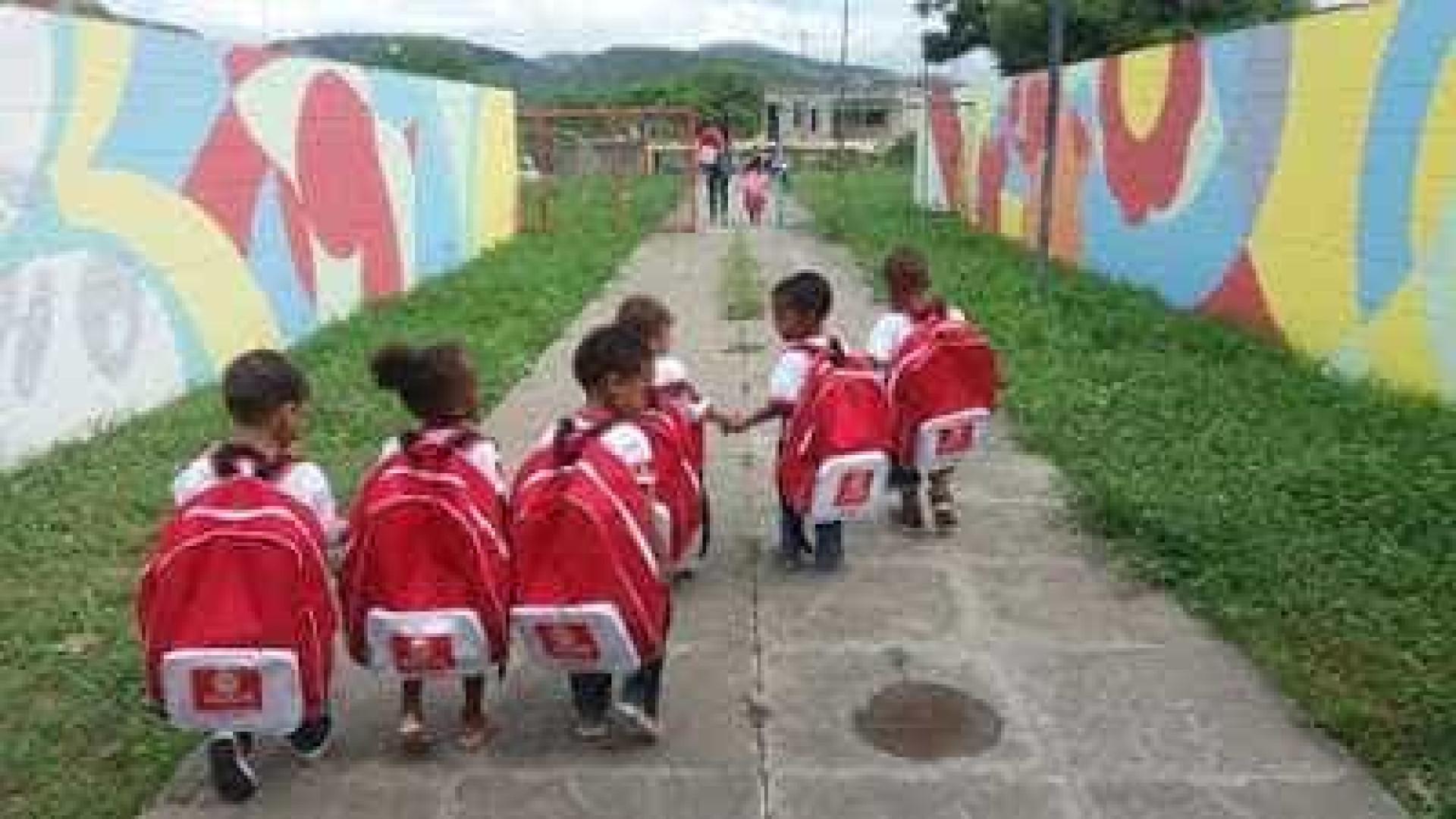 Mochilas entregues em creche da Bahia viram meme; veja