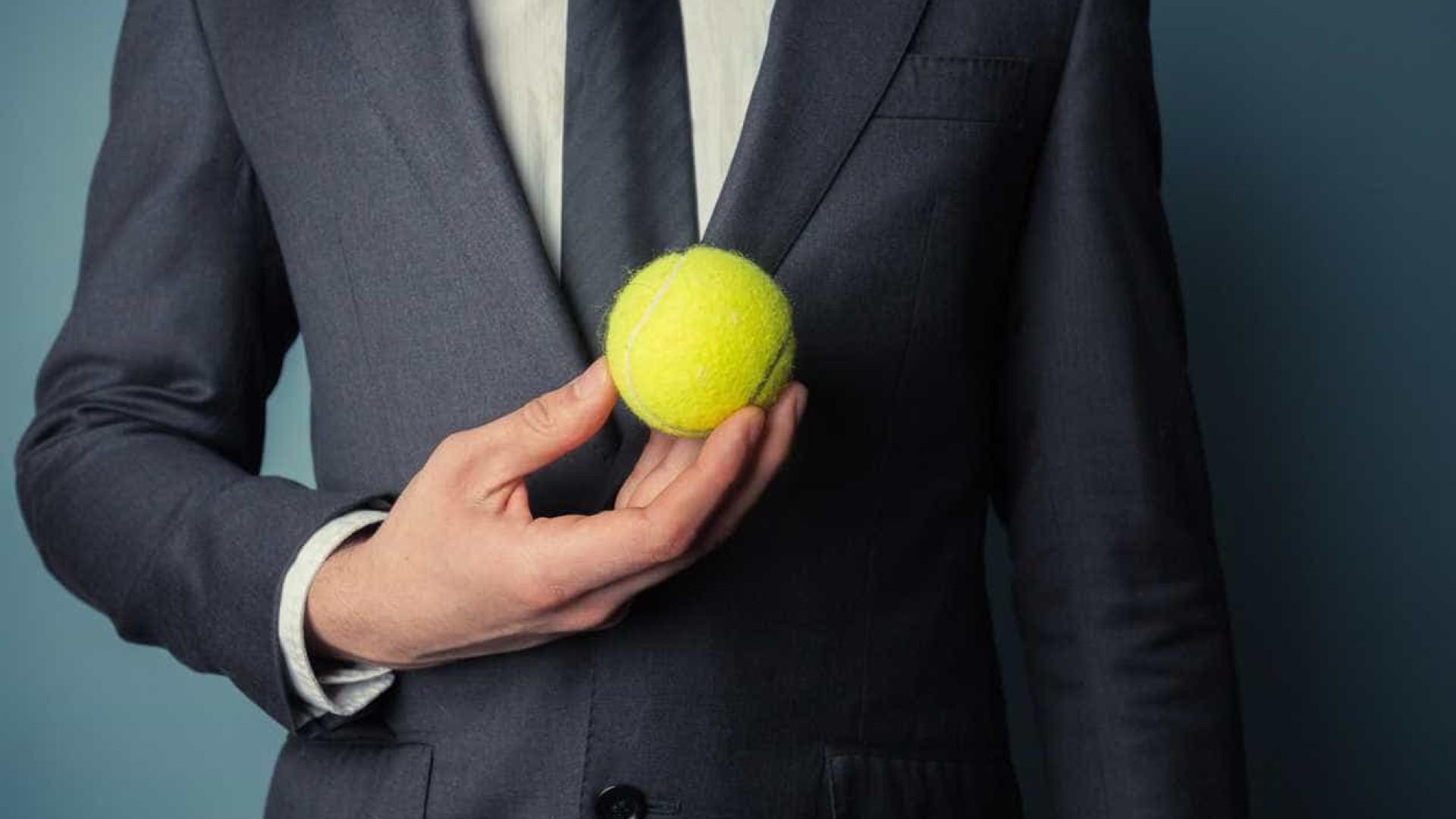 Se vai viajar de avião, leve uma bola de tênis