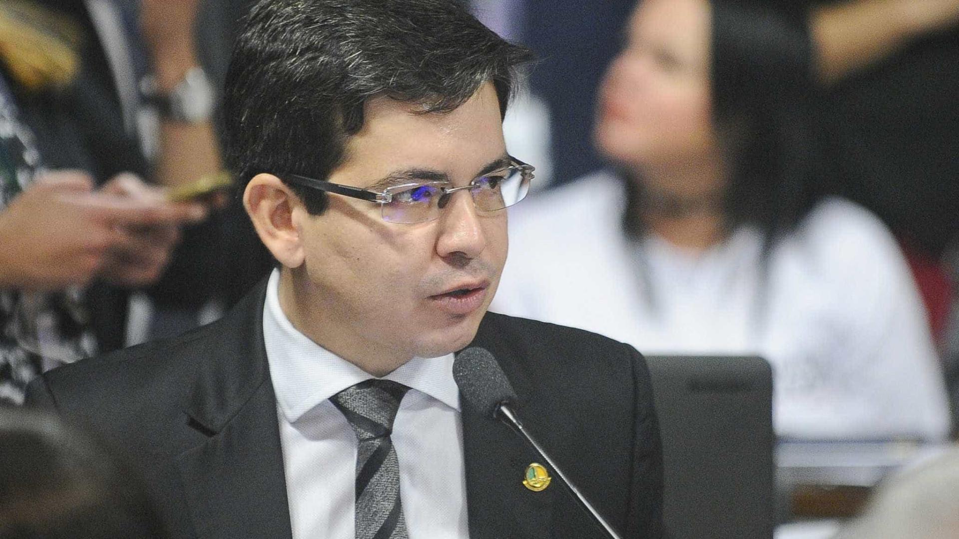 Randolfe Rodrigues decide entrar com notícia-crime no STF contra Bolsonaro