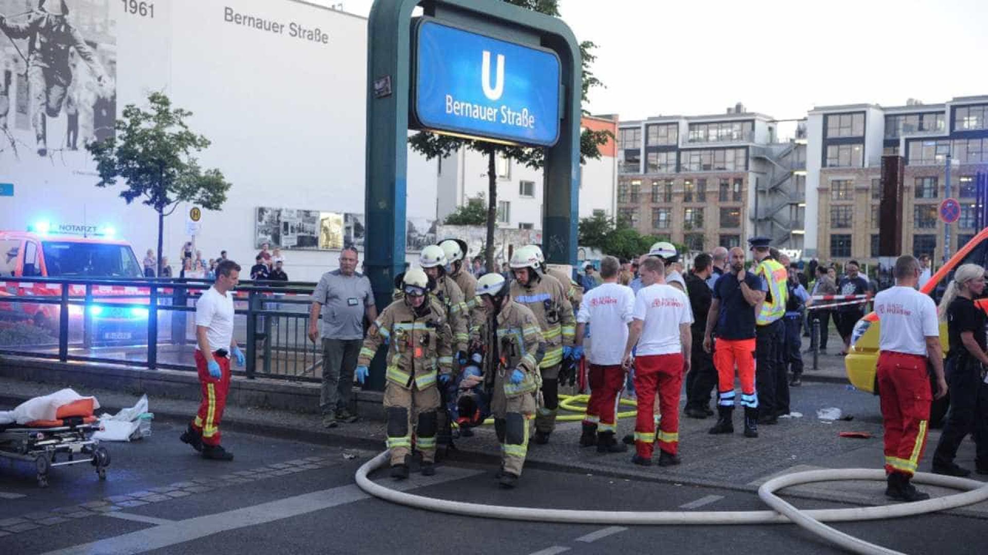 Berlim: carro atropela várias pessoas e entra em metrô