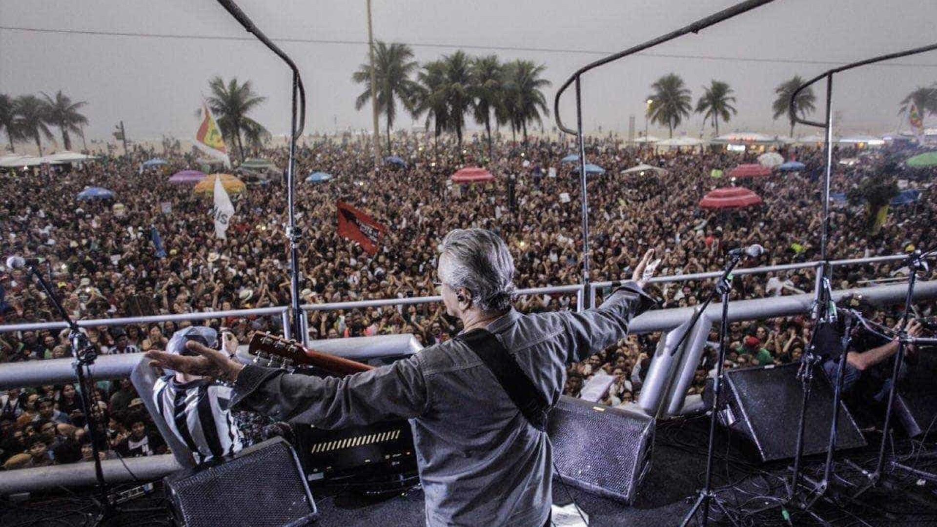 Caetano canta 'Podres Poderes' em ato no Rio